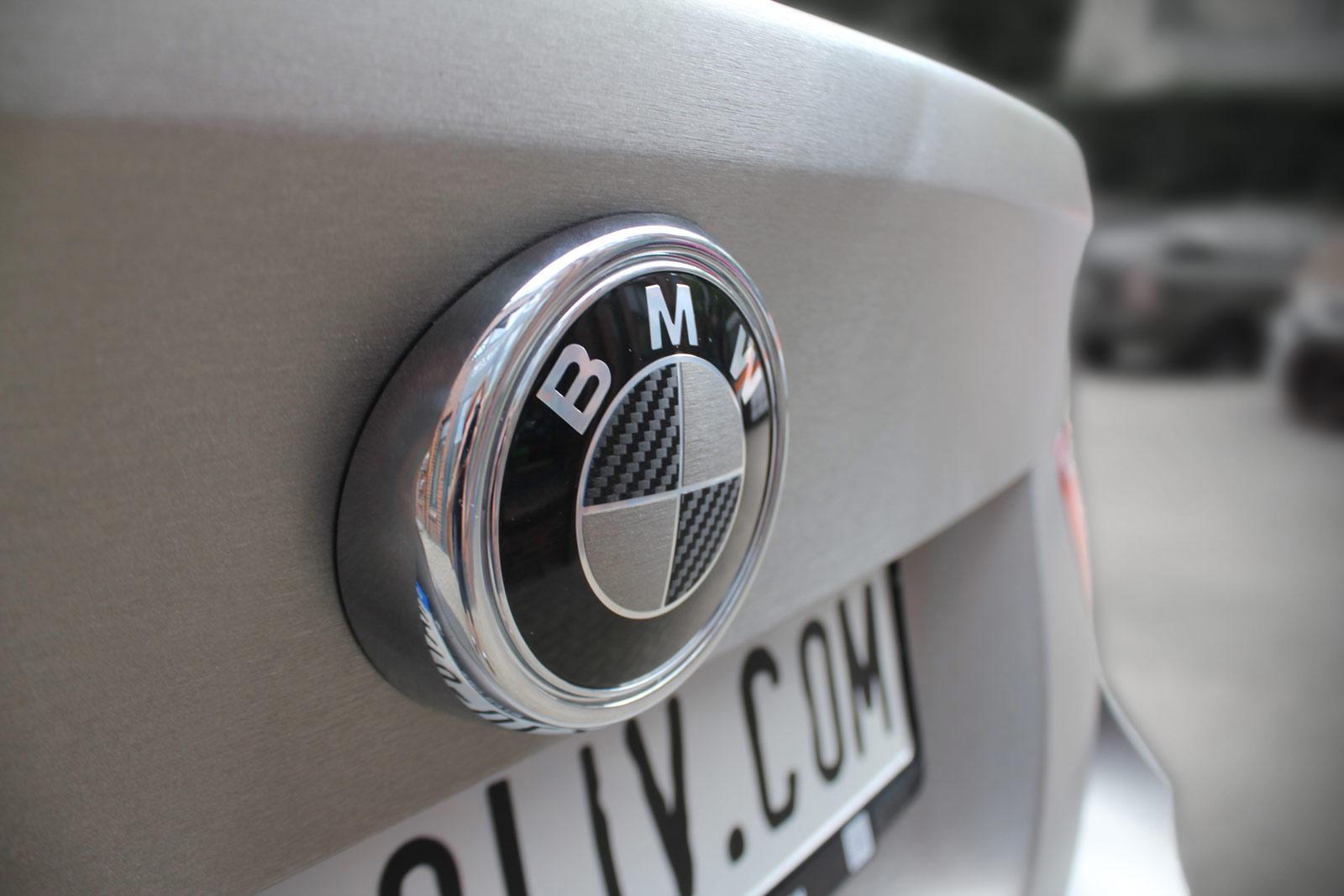 Carbon und gebürstete Metall Folie auf dem BMW X6 Emblem.