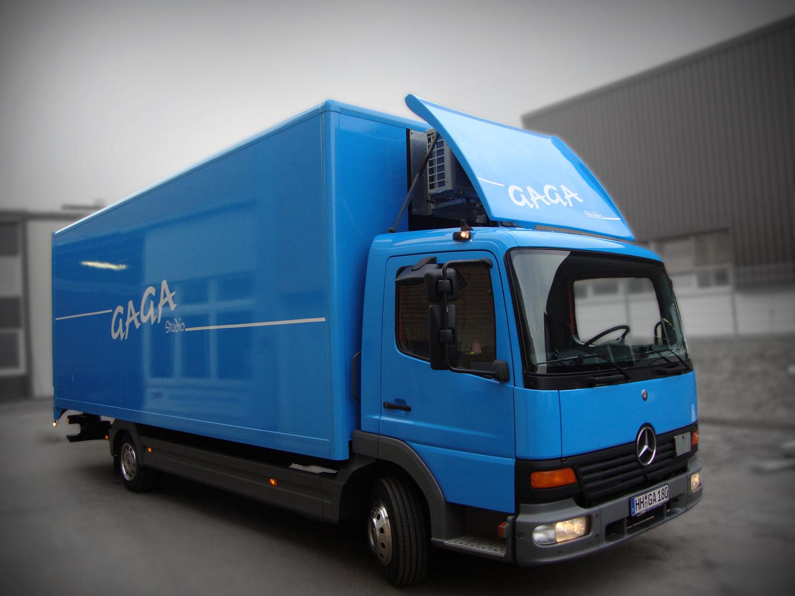 LKW Folierung in blau mit Beschriftung an den Seiten.