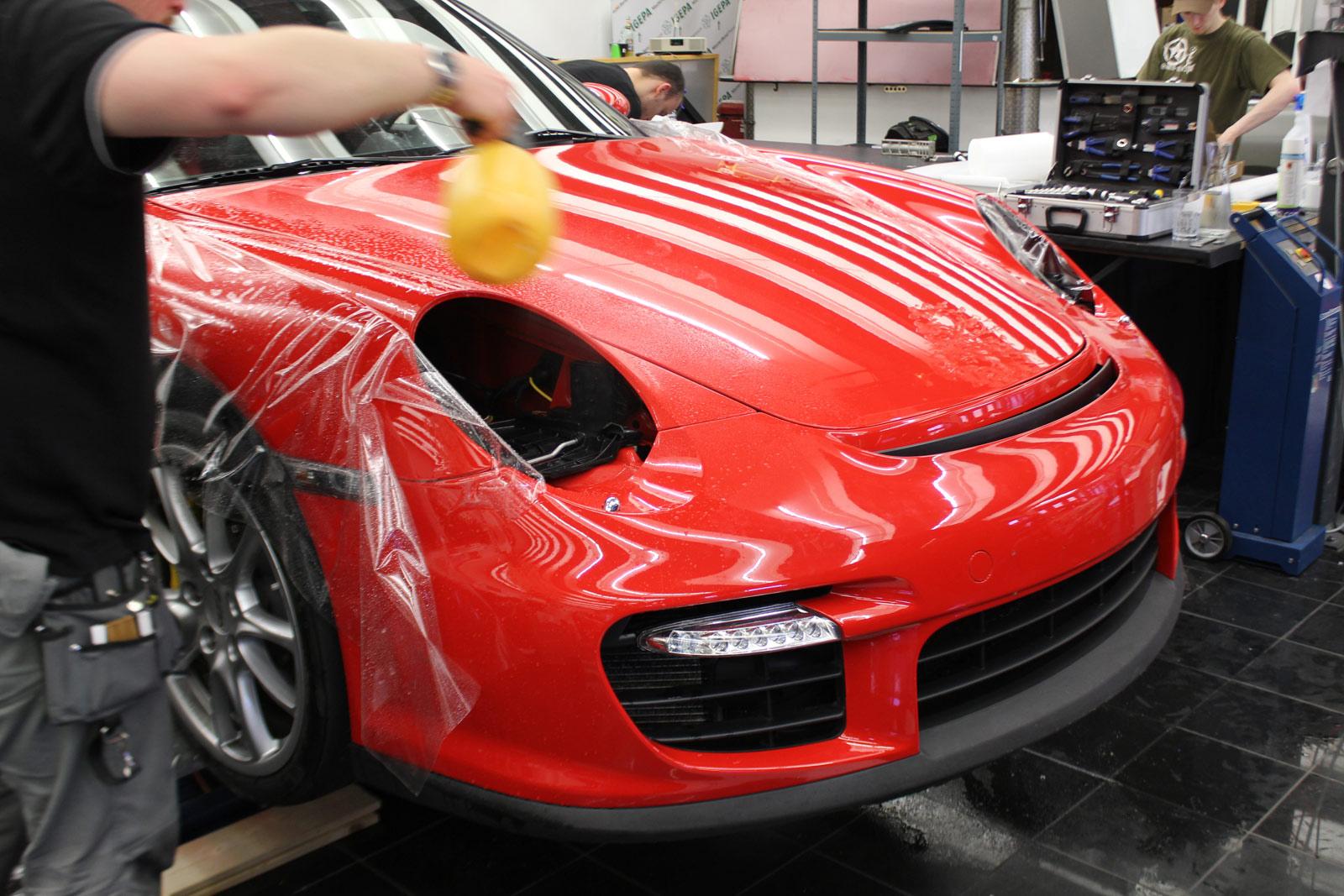 Steinschlagschutz wird bei einem Porsche GT2 verklebt.