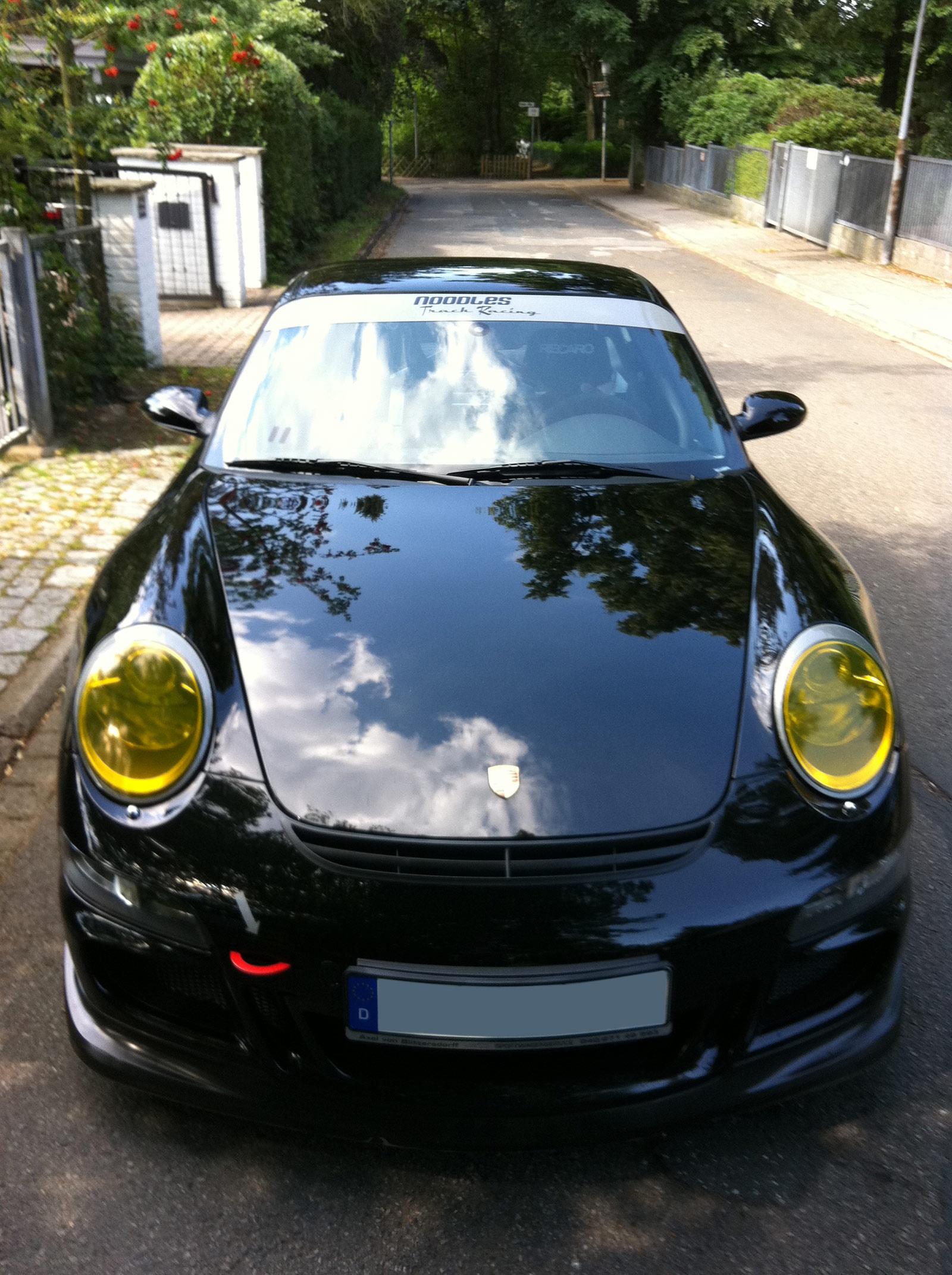 Porsche GT3 mit gelb getönten Scheinwerfern.