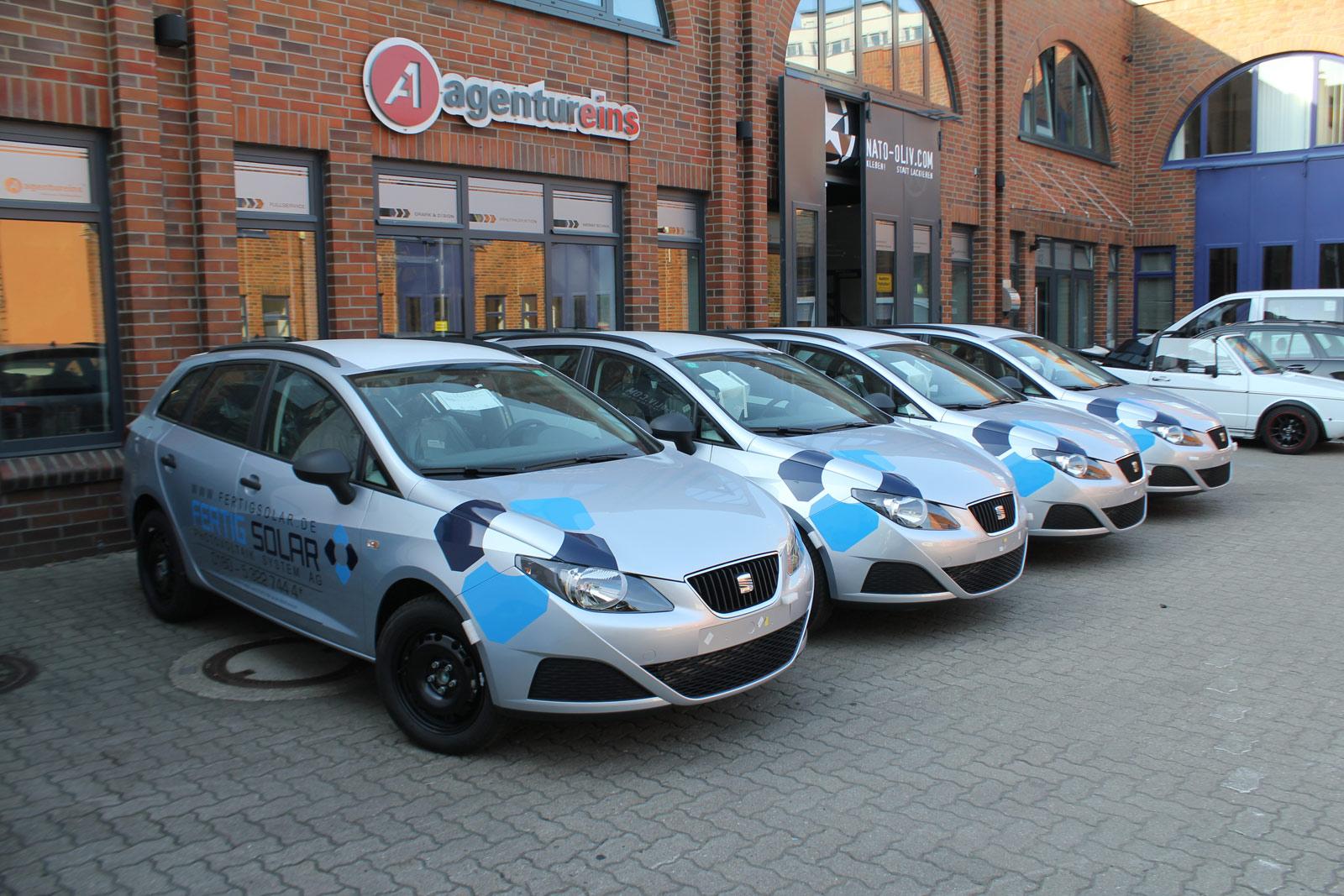 Fertig Solar Flottenbeklebung von vier Seat Wagen.