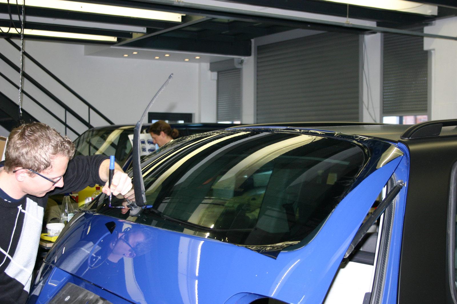 VW_TOURAN_BEKLEBUNG_SCHWARZ_MATT_SCHEIBENTOENUNG_05