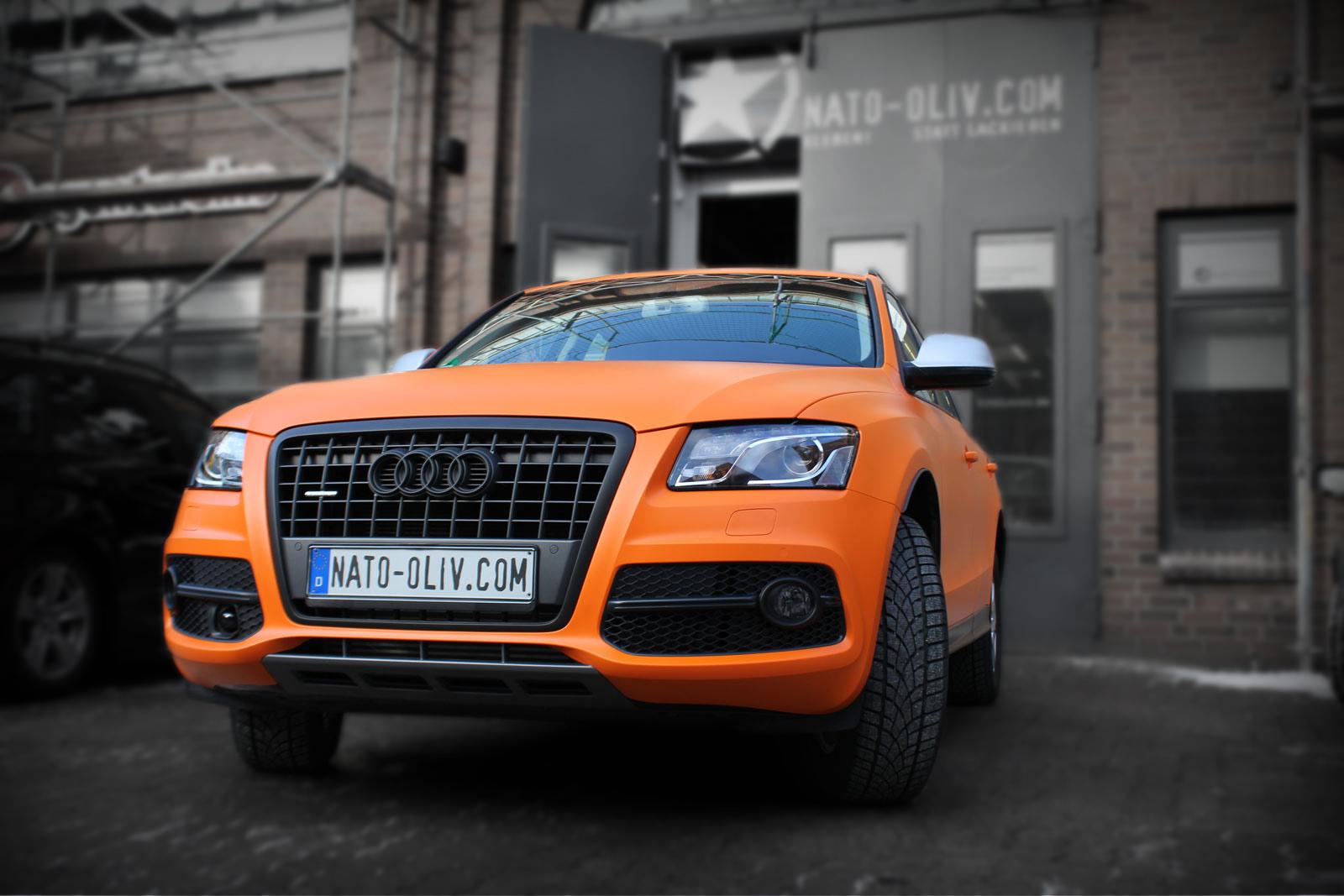 Zu sehen ist ein zu orange vollfolierter Audi Q5, der komplett mit eine Hochleistungsfolie beklebt worden ist.