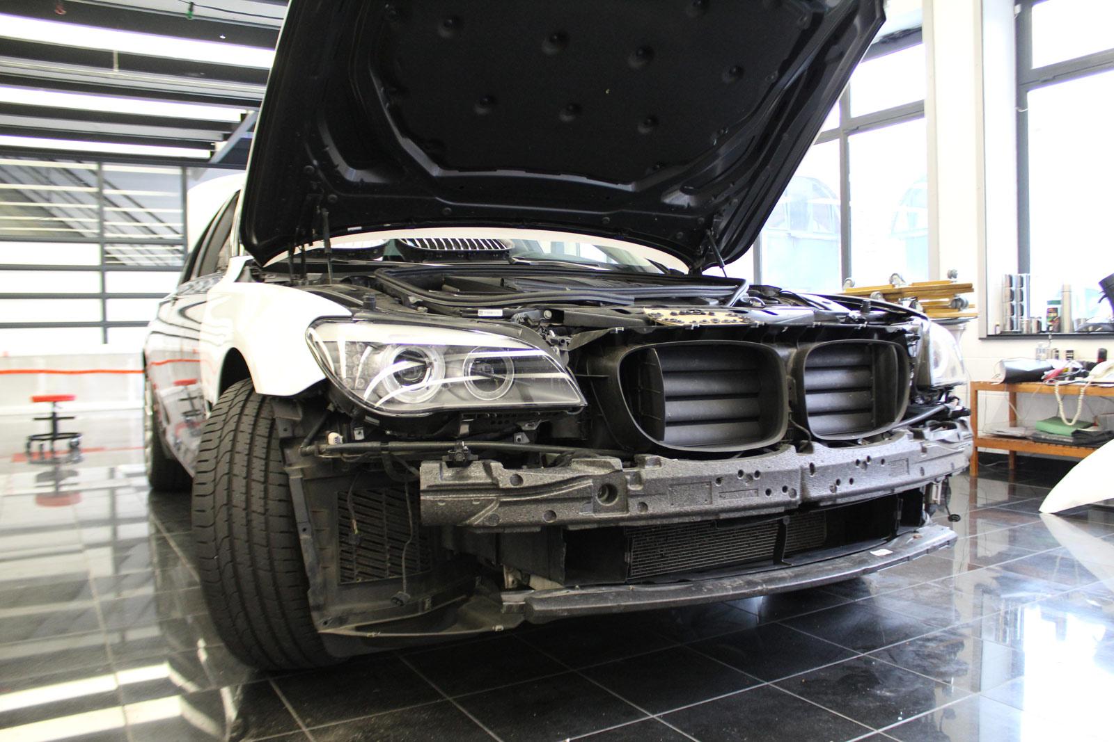 BMW_7er_Folierung_Weiss_Metallic_Schwarz_Glanz_01