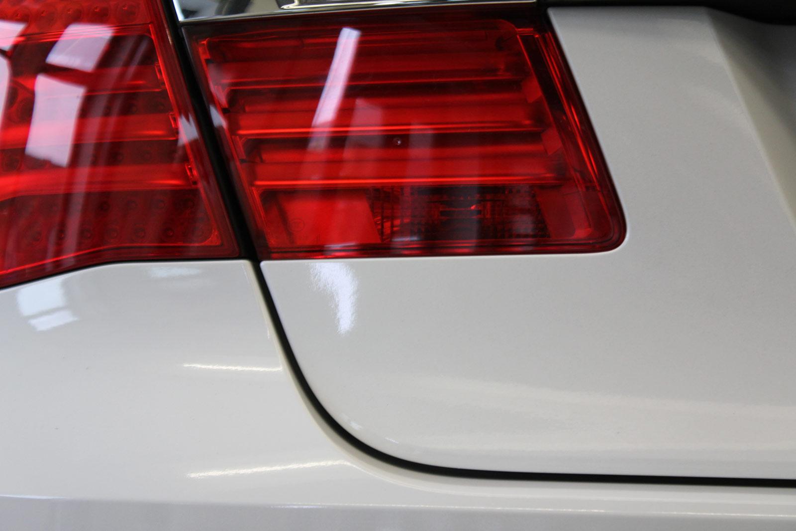 BMW_7er_Folierung_Weiss_Metallic_Schwarz_Glanz_04