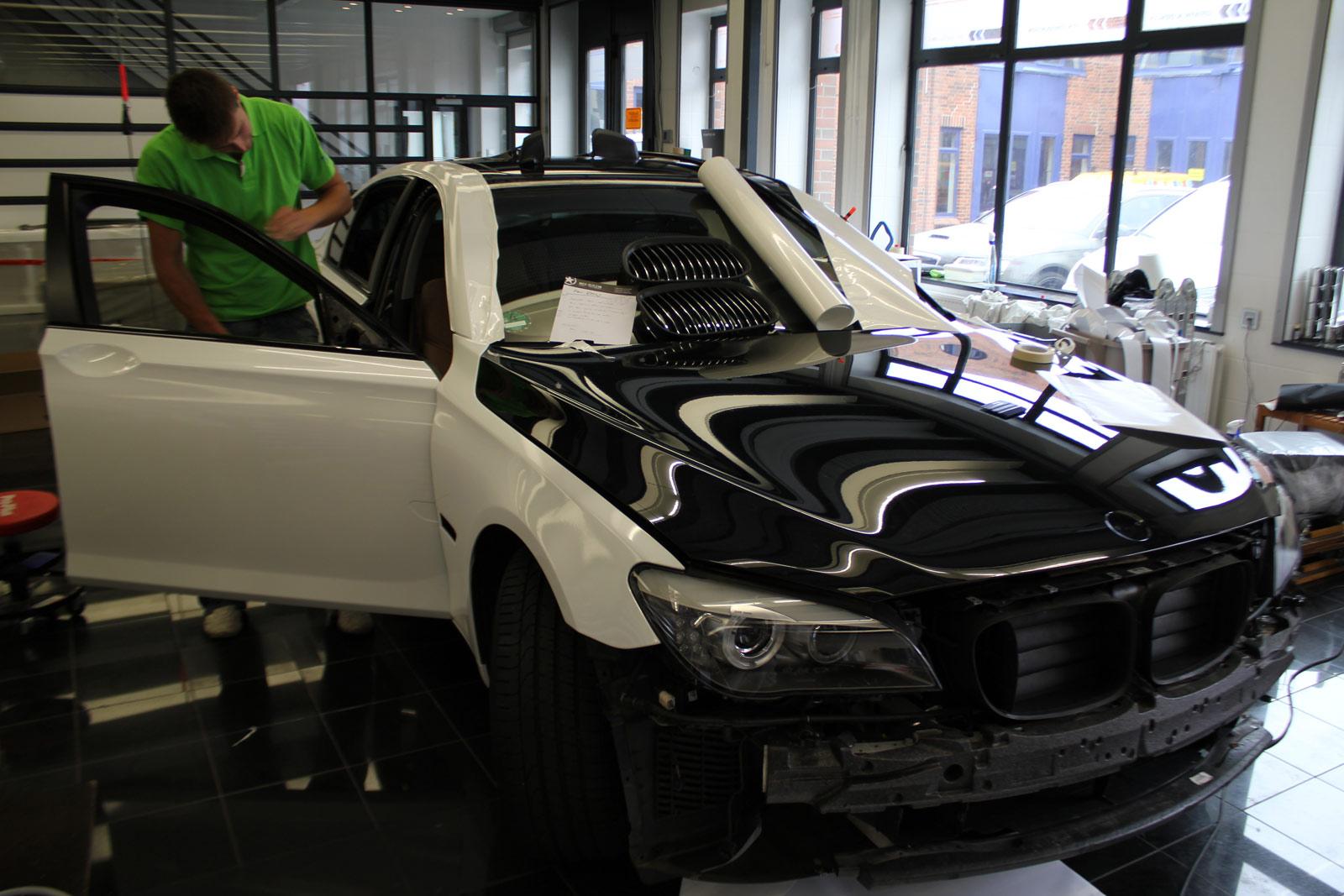 BMW_7er_Folierung_Weiss_Metallic_Schwarz_Glanz_07