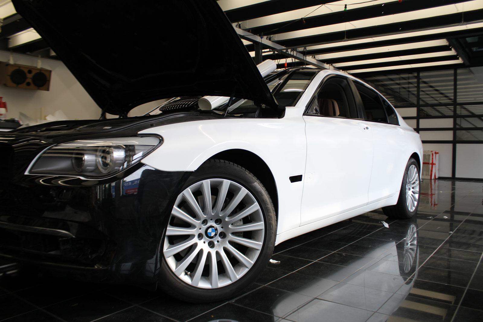 BMW_7er_Folierung_Weiss_Metallic_Schwarz_Glanz_12