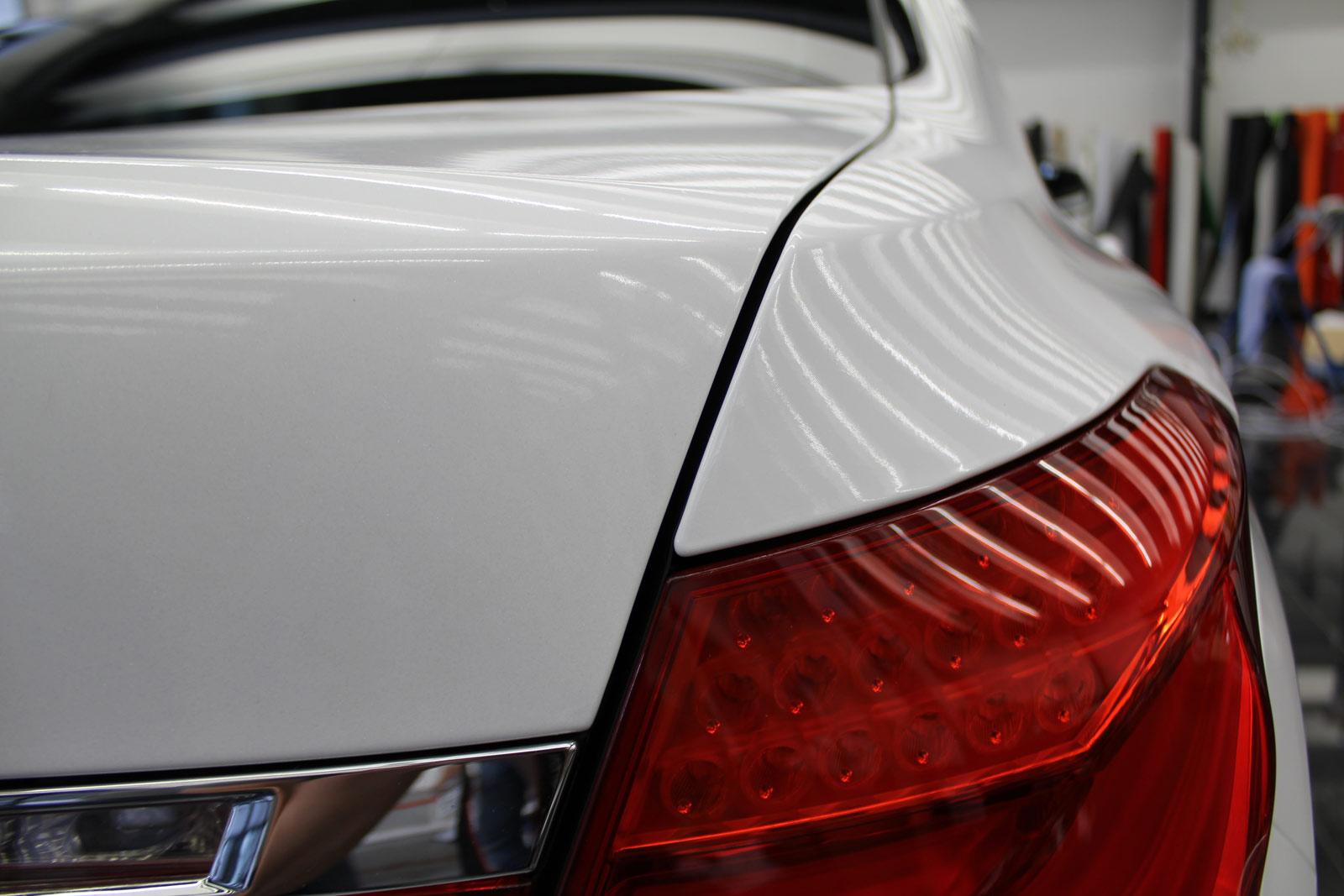 BMW_7er_Folierung_Weiss_Metallic_Schwarz_Glanz_33