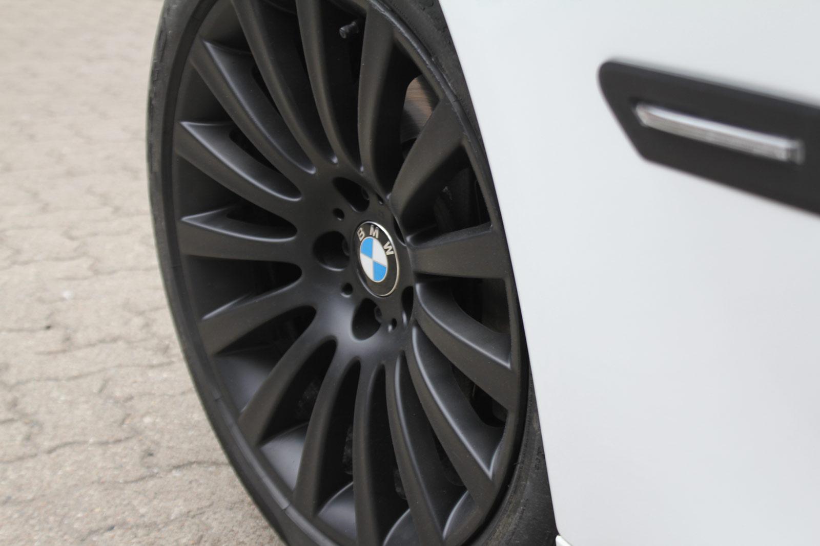 BMW_7er_WEISS_GLANZ_FELGEN_FOLIERUNG_SCHWARZ_MATT_17