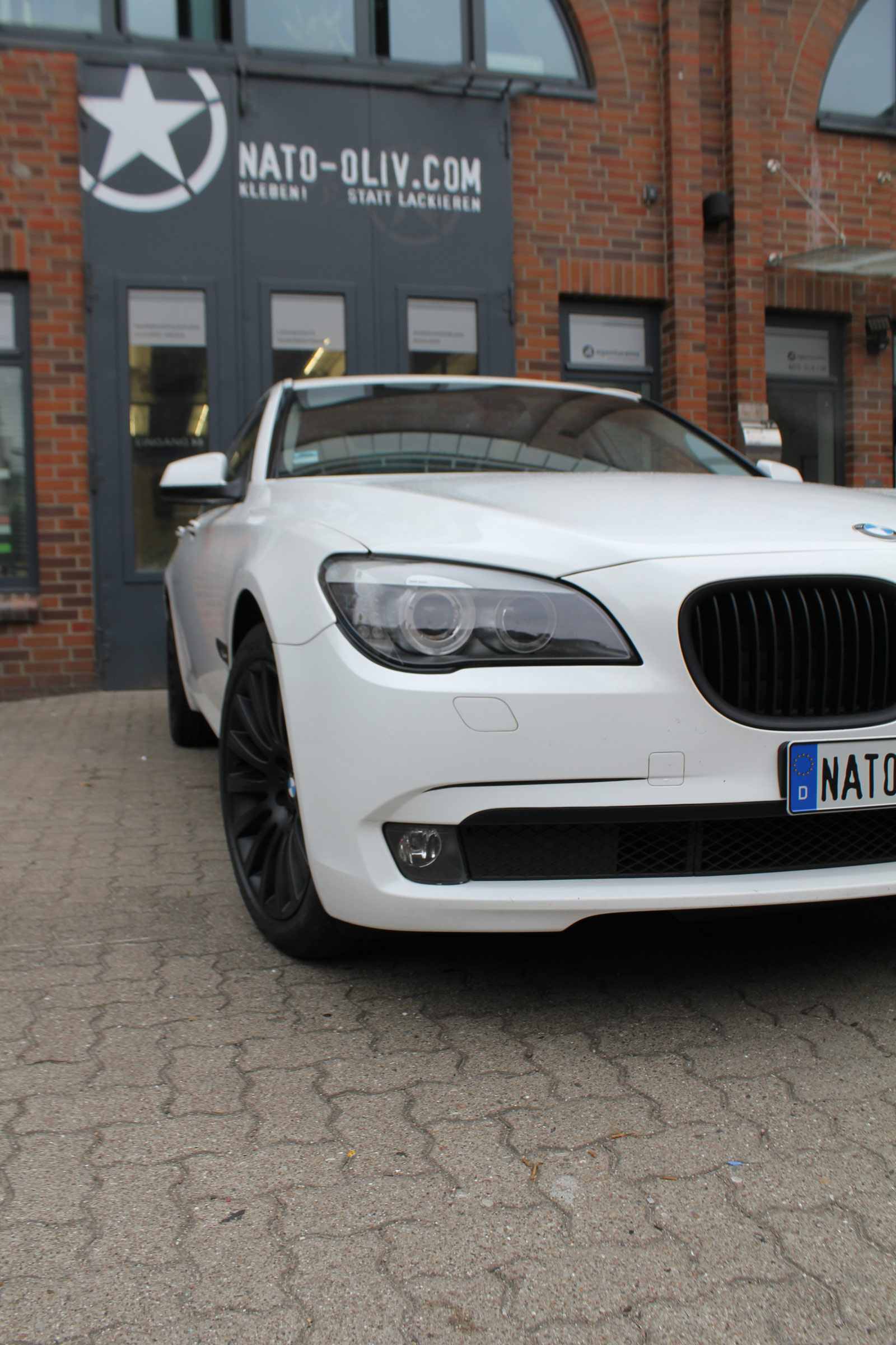 BMW_7er_WEISS_GLANZ_FELGEN_FOLIERUNG_SCHWARZ_MATT_20