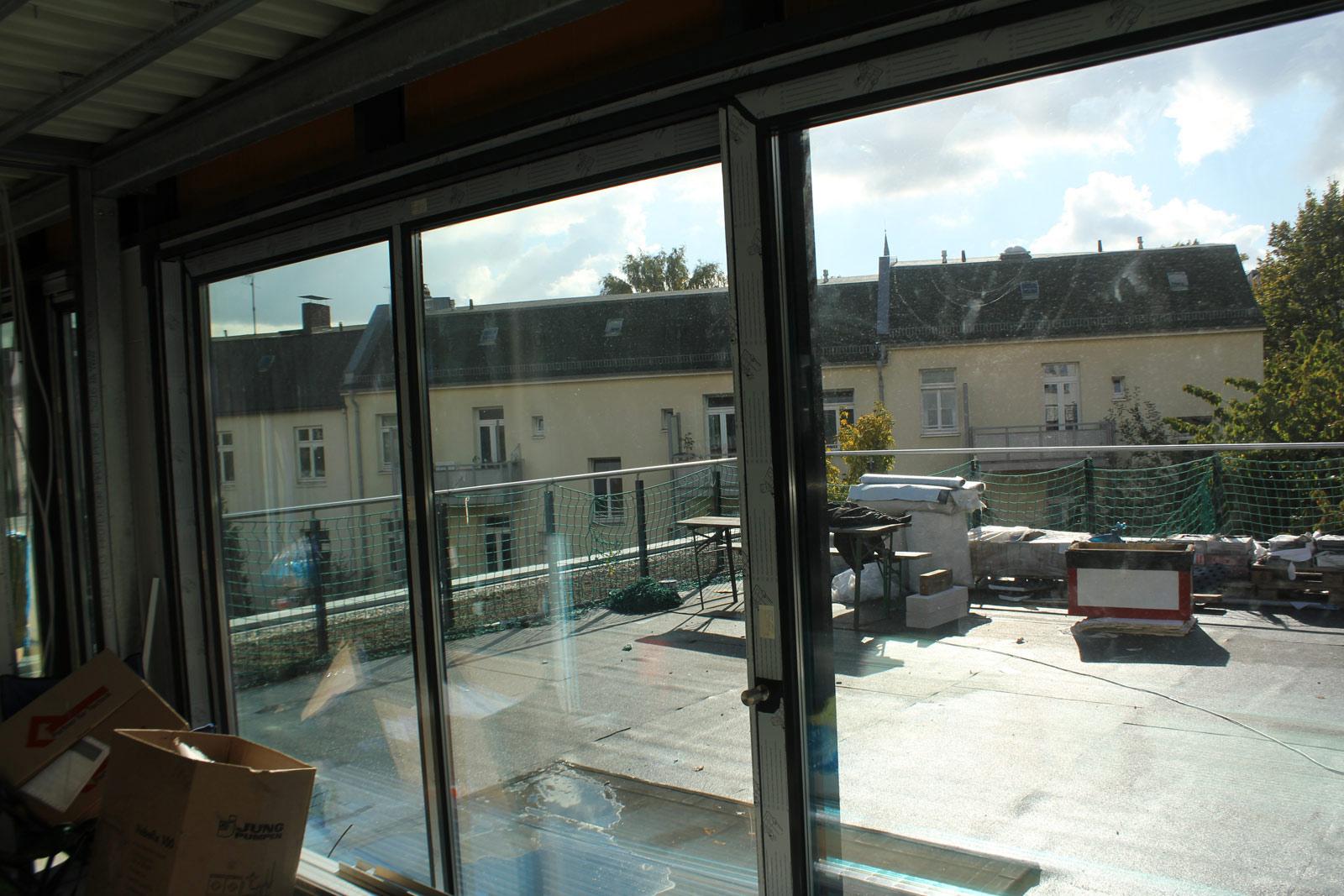 Sicht von innen durch den Gebäude Sonnenschutz.