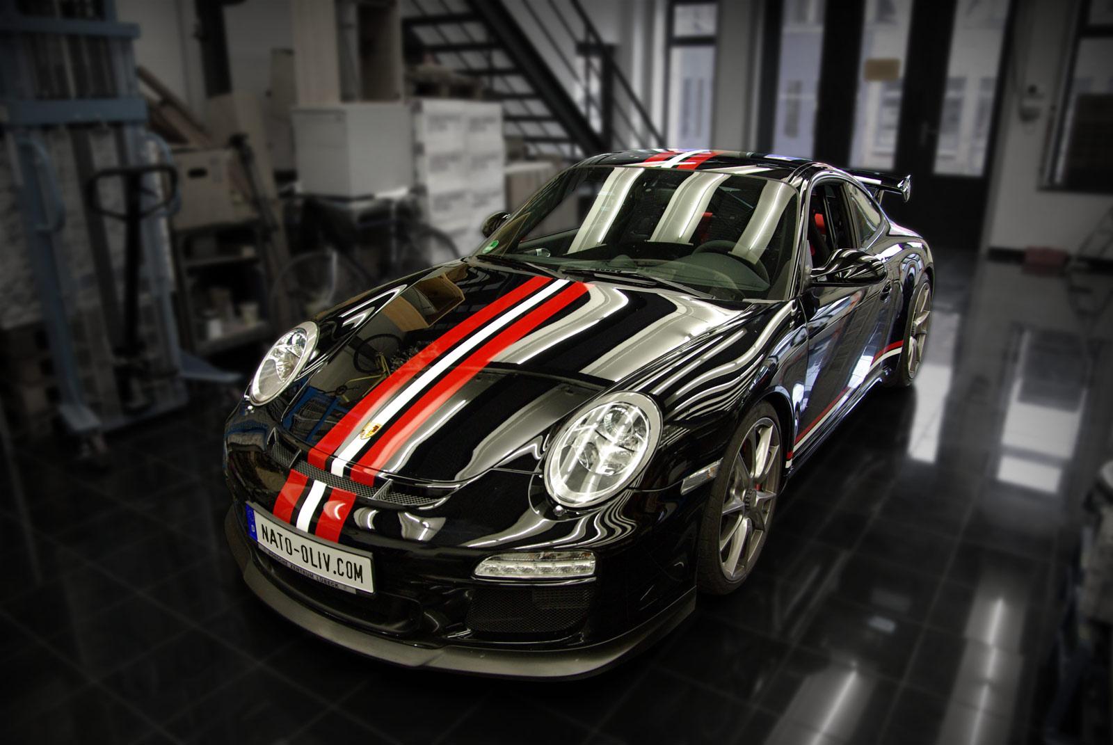Porsche Rallystreifen in rot und weiß.