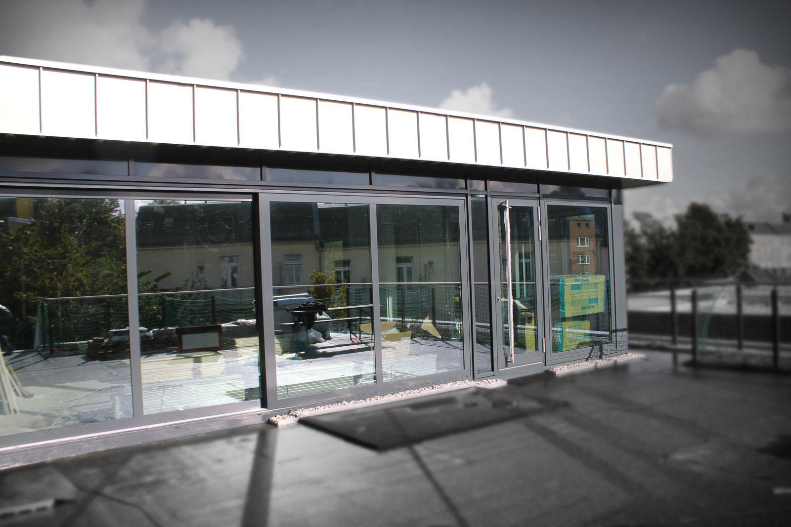 Gebäude Scheibentönung bietet Sicht- und Sonnenschutz.