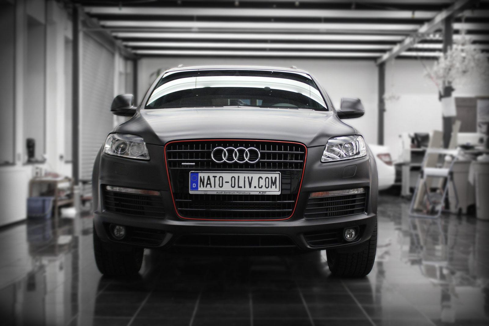 Dieser Audi Q7 wurde komplett in schwarz matter Folie beklebt.