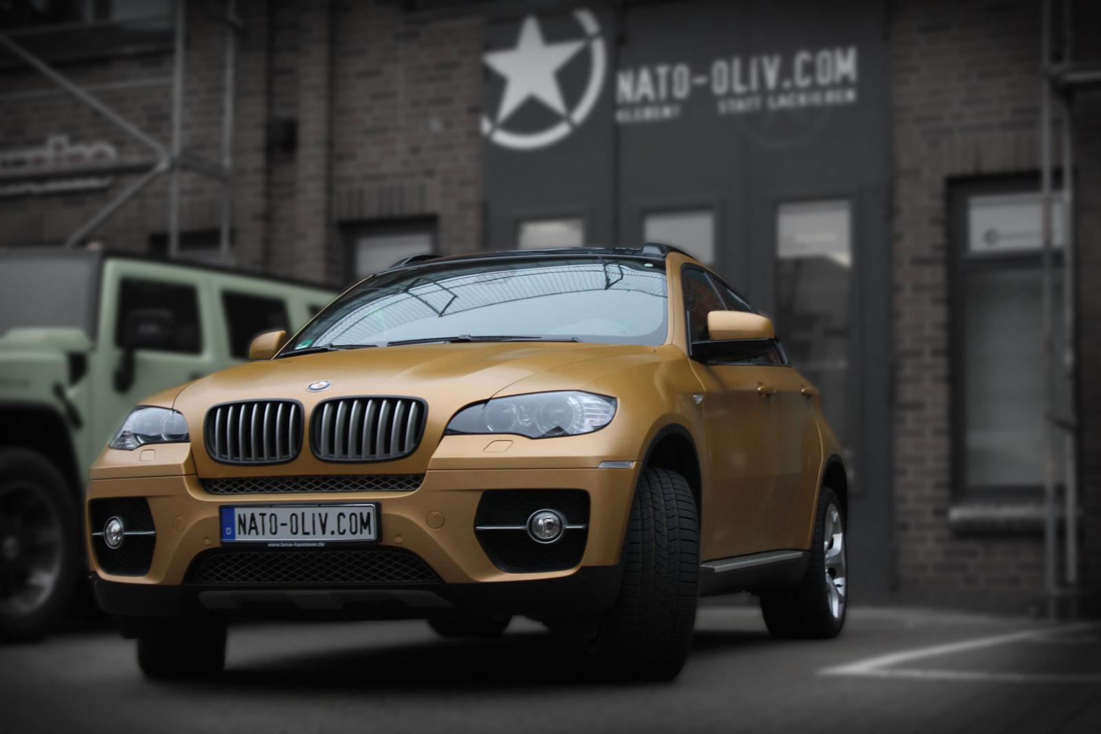 Dieser BMW X6 wurde mit goldener Folie komplett beklebt.