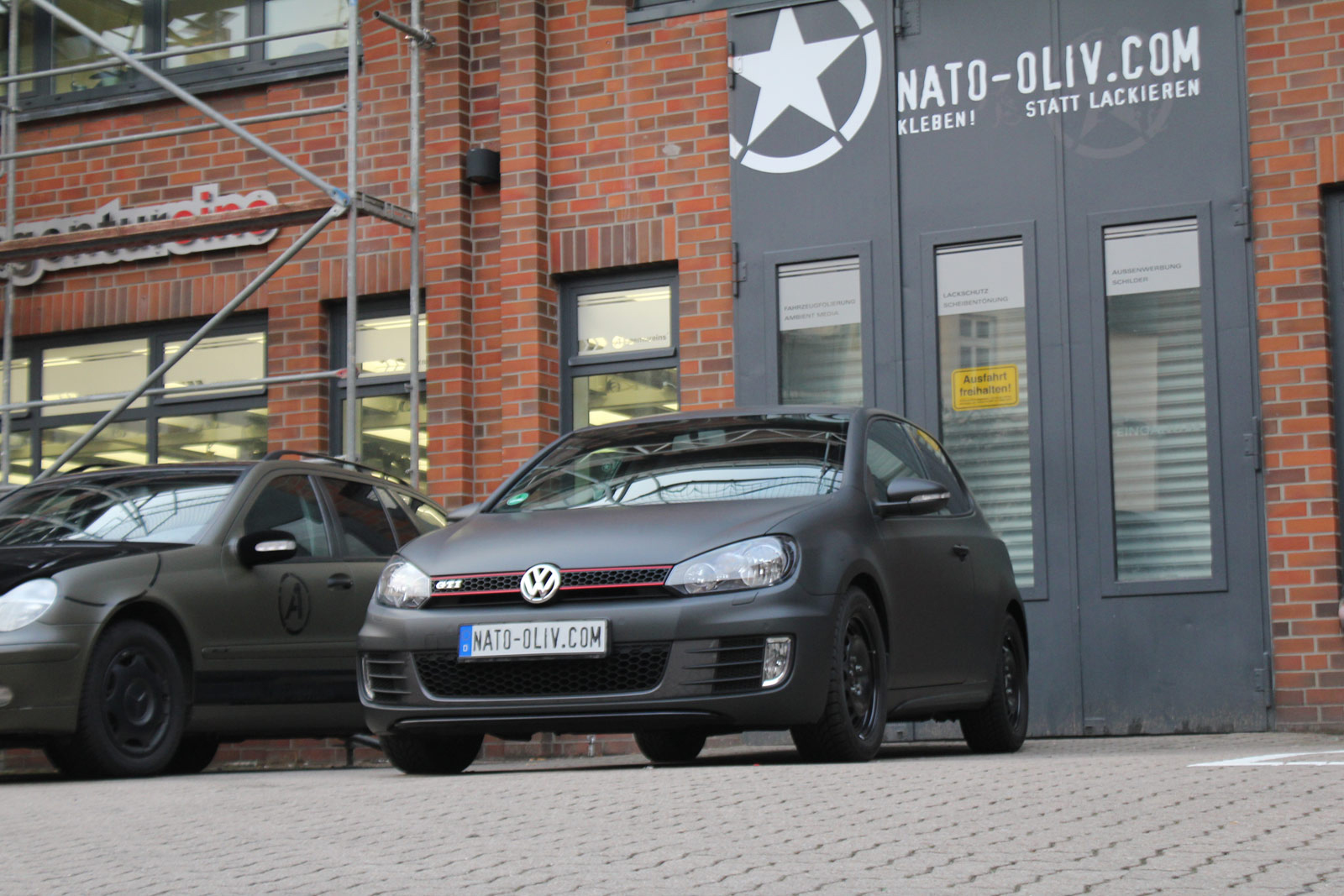 VW_GOLF_GTI_SCHWARZ_MATT_SCHEIBENTOENUNG_08