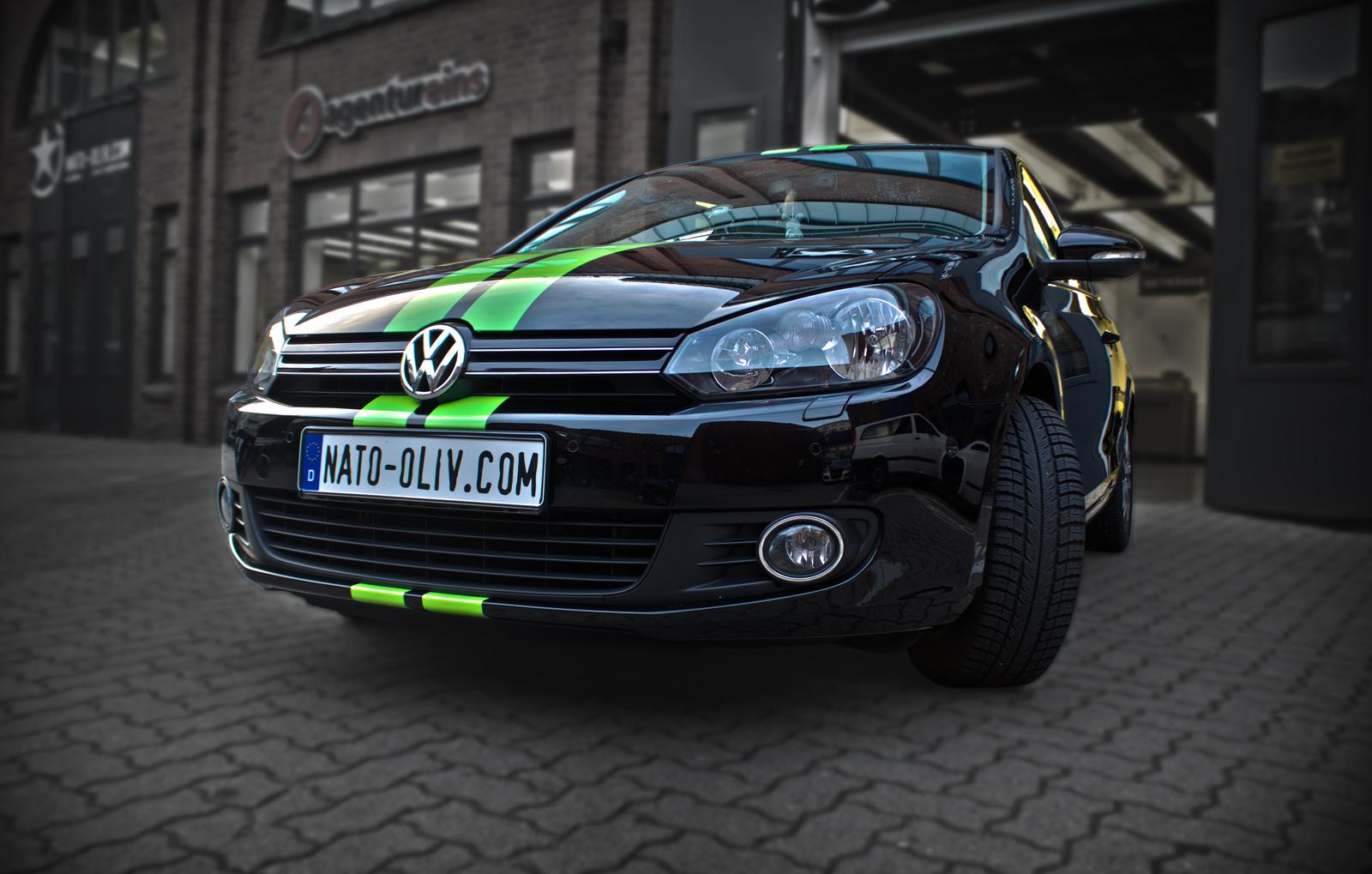 Bei diesem VW Golf wurde ein Rallye-Streifen in knall Grün beklebt.