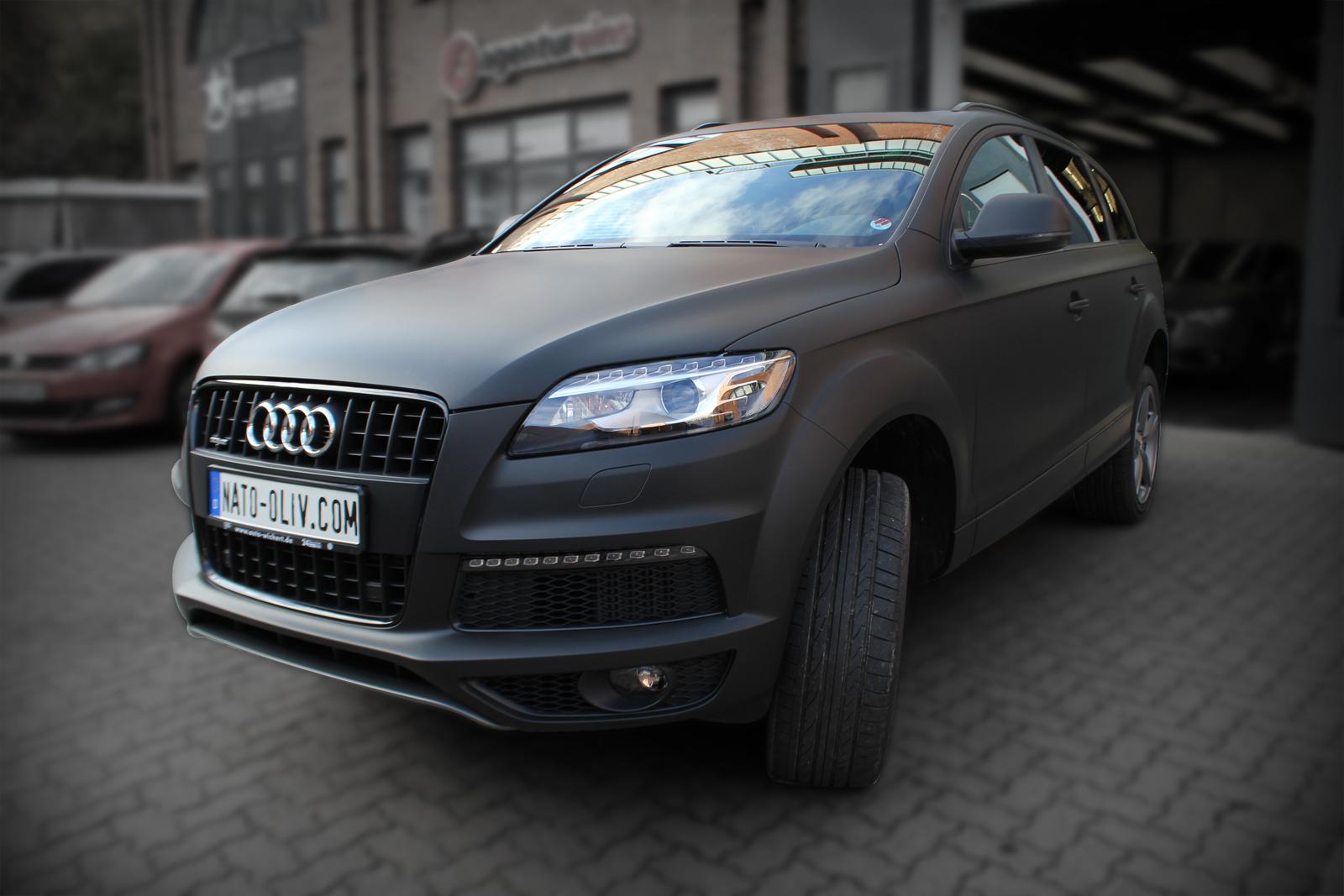 Dieser Audi Q7 ist mit Folie vollverklebt worden, um durch eine Folierung die Farbe des Fahrzeug zu ändern. Die neue Farbe des folierten Autos ist schwarz ultramatt.