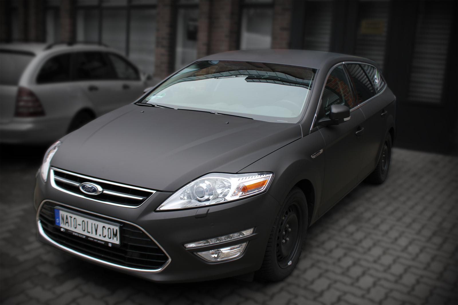 Zu sehen ist ein mit Folie vollverklebter Ford Mondeo, dessen Farbe schwarzbraun matt metallic ist.