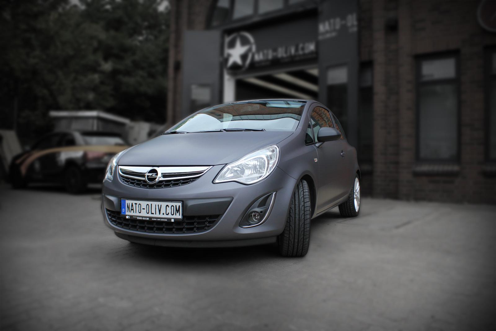 Dieser Opel Corsa wurde mit einer Hochleistungsfolie in anthrazit matt metallic vollverklebt. Außenspiegel, wie Heckspoiler bekamen durch Folierung eine Carbon Optik.