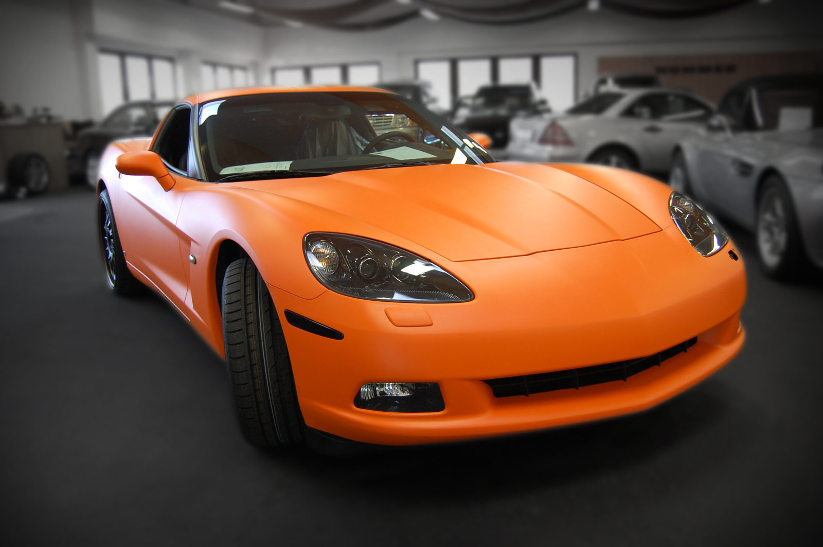 Diese Corvette wurde direkt im Autohaus mit orange matter Folie beklebt.