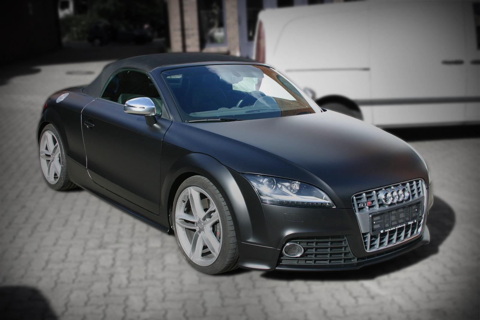 Der ursprünglich blau lackierte Audi TT bekam eine Vollfolierung und wurde mit schwarz seidenmatter Hochleistungsfolie komplett beklebt.