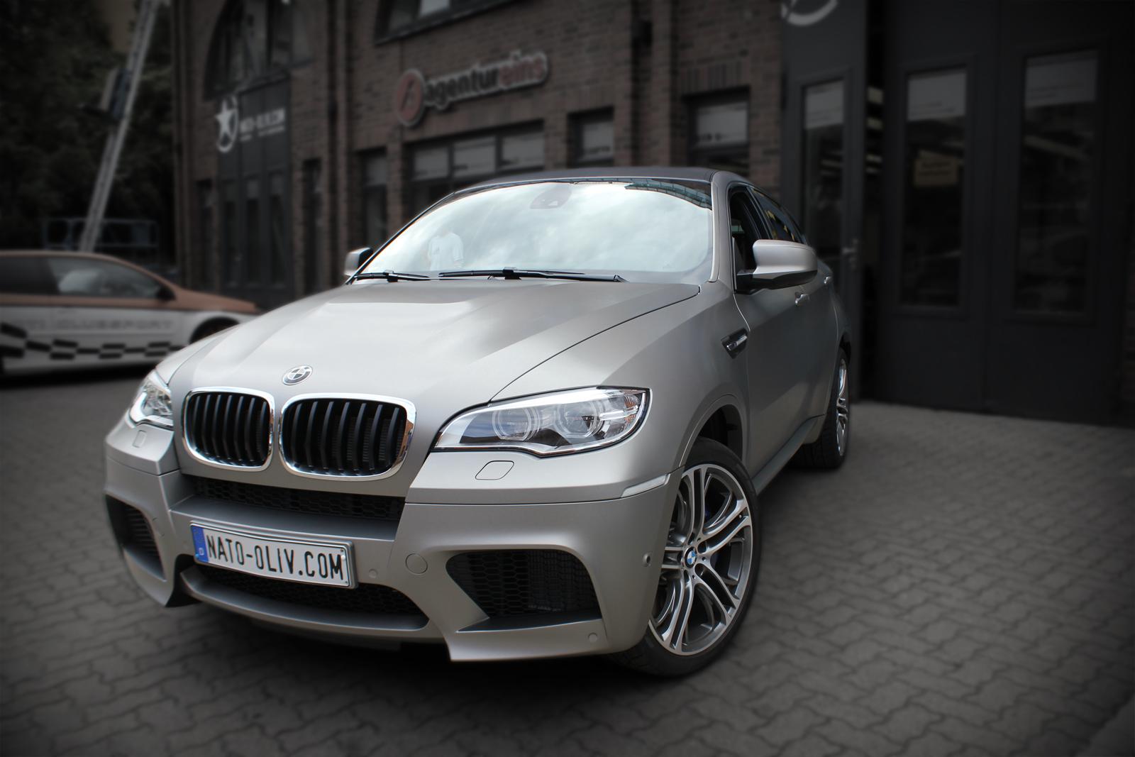 Dieser BMW X6 wurde bei einer Vollfolierung mit Hochleistungsfolie in gebürstetem Edelstahl komplett beklebt. Das Dach wurde mit Carbon-Folie gewrapped.