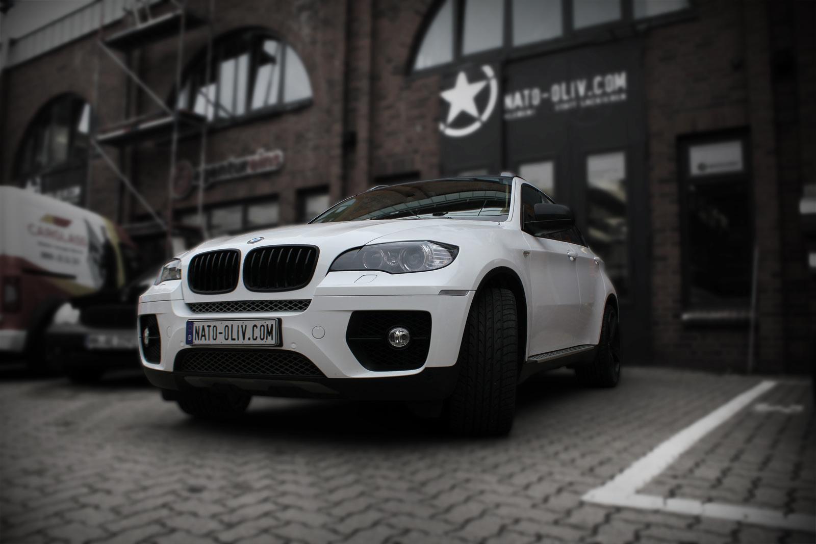 Dieser BMW X6 wurde mit einer weißen Hochleistungsfolie komplett beklebt. Einzelne Teilebekamen eine Folierung in Carbon-Optik