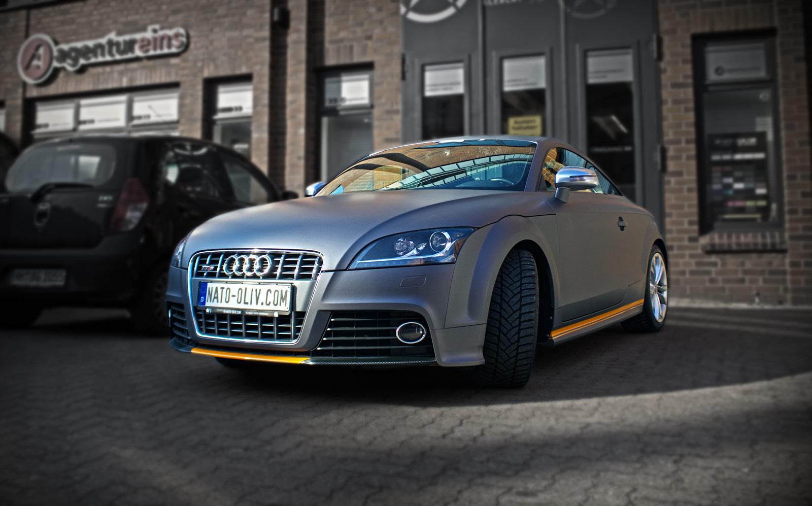 Dieser Audi TT wurde in anthrazit matter Folie beklebt und weiter mit Carbonfolie teilfoliert.