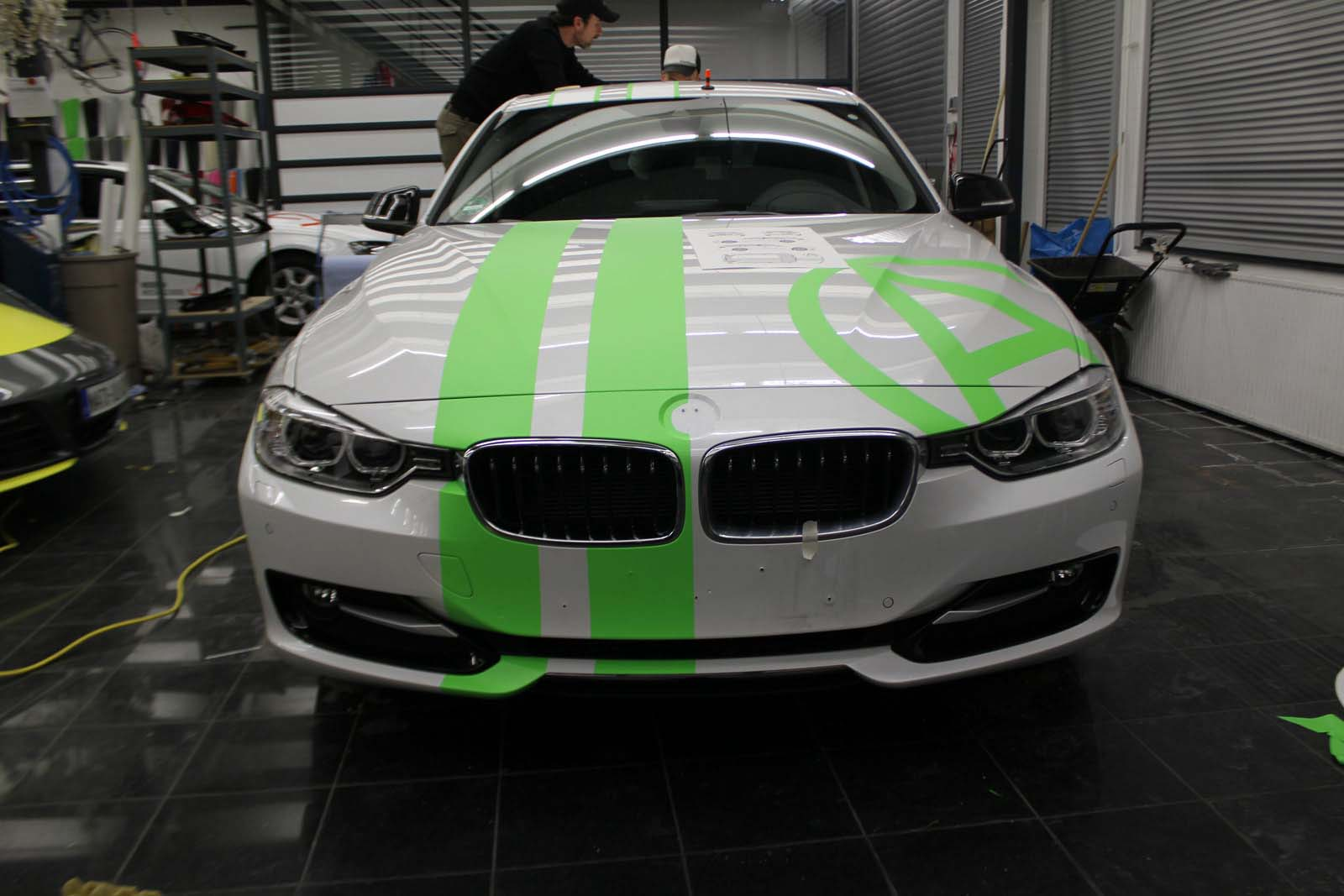 BMW_3ER_RALLYESTREIFEN_WEISS_GRUEN_MATT_MIT_BRANDING_03