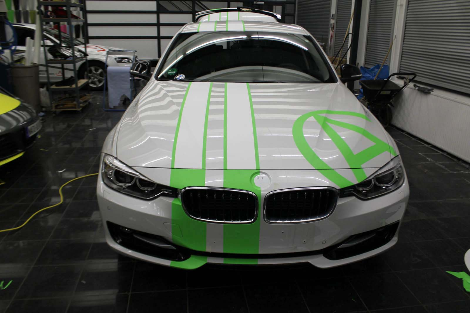 BMW_3ER_RALLYESTREIFEN_WEISS_GRUEN_MATT_MIT_BRANDING_05