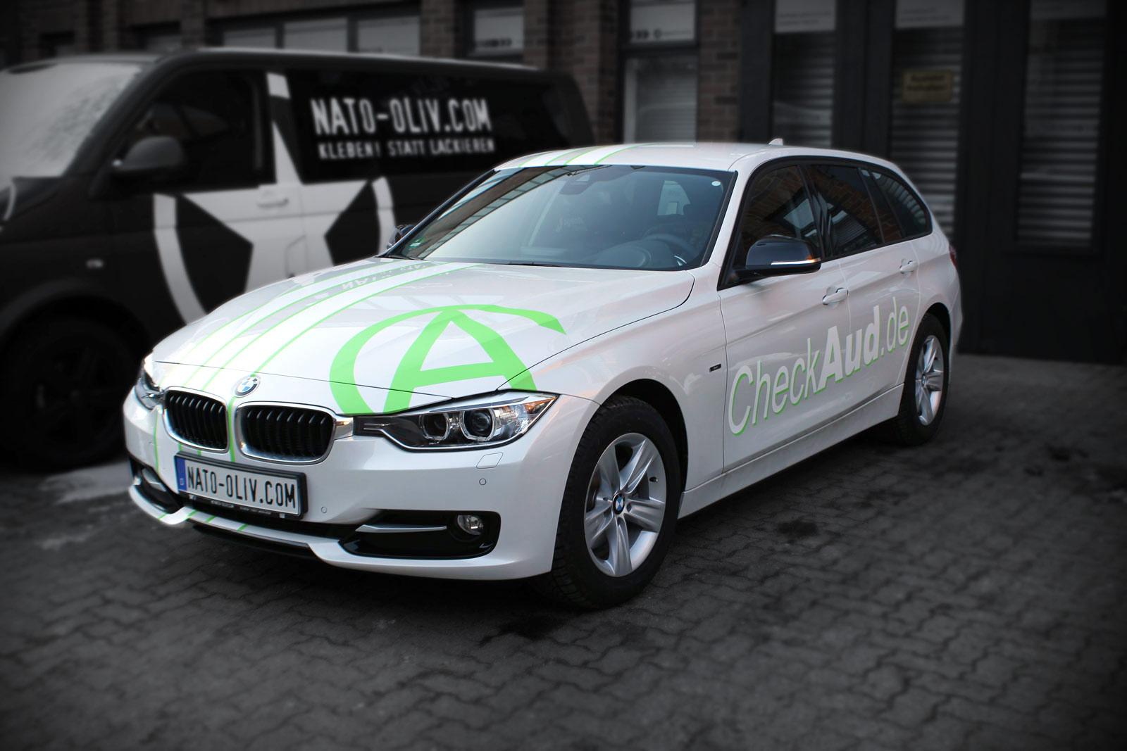 Dieser 3er BMW wurde mit grün und weiß matten Rallyestreifen beklebt und hat auf der Seite eine Werbebeschriftung foliert bekommen.