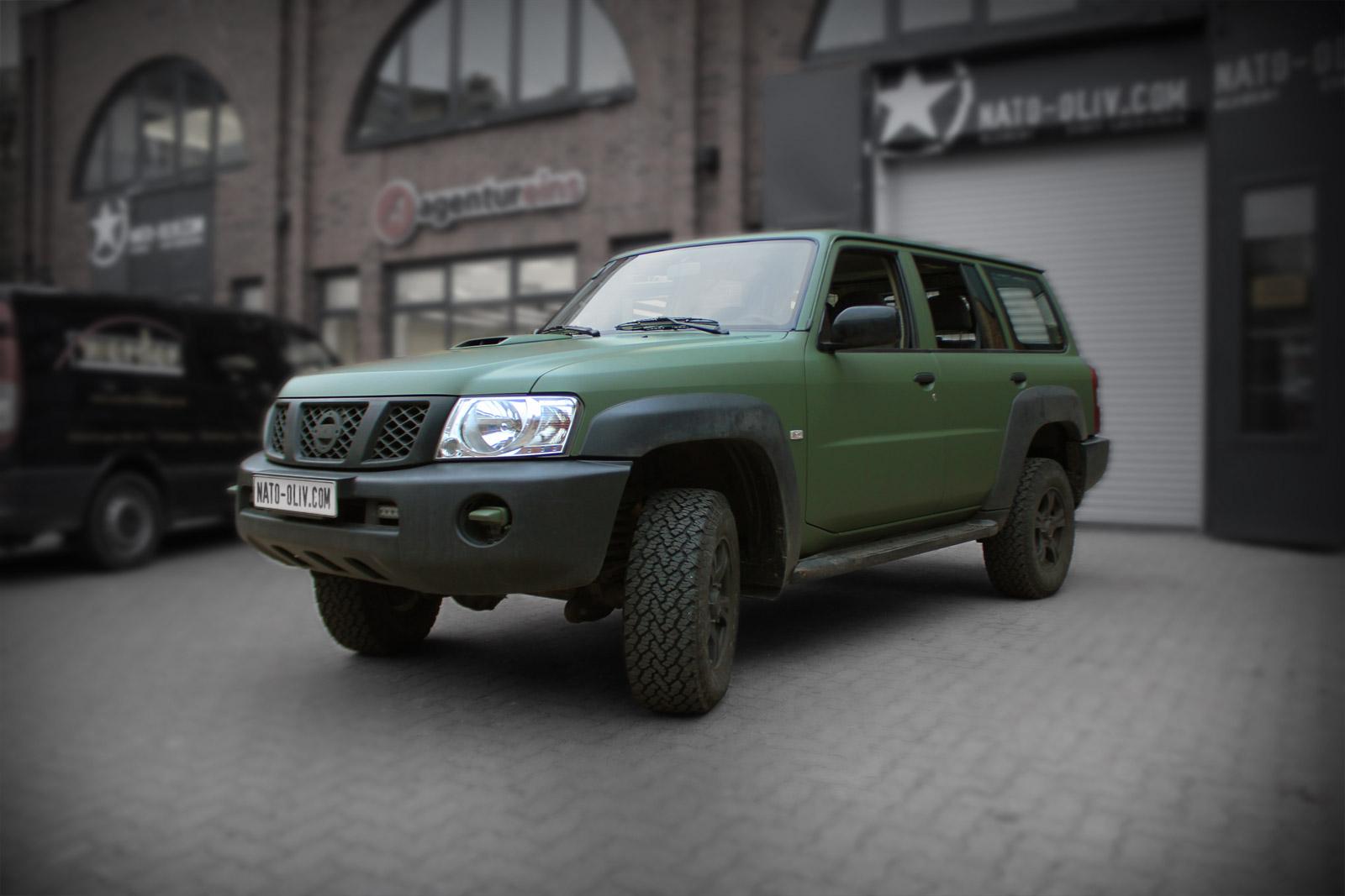 Dieser Nissan Patrol wurde mit bundwehr grün matter Folie beklebt.