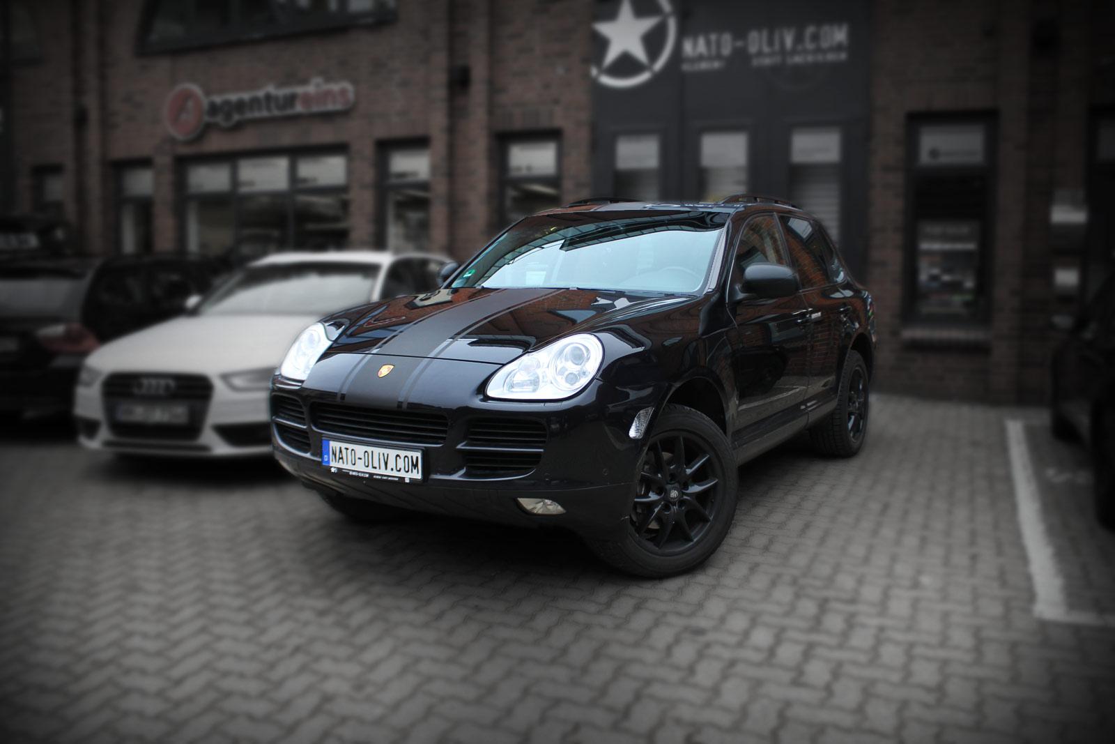 Porsche Cayenne Rallyestreifen Folierung in braun matt metallic und Spiegel in Carbonfolie.