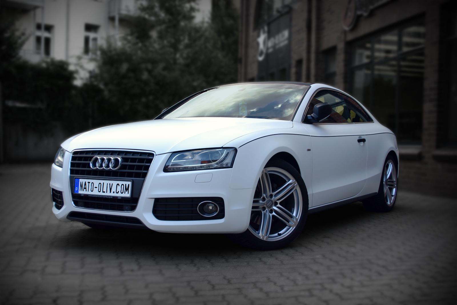 Dieser Audi wurde mit weißer seidenmatter Hochleistungsfolie vollfoliert und einige extras wurden mit Carbonfolie beklebt.