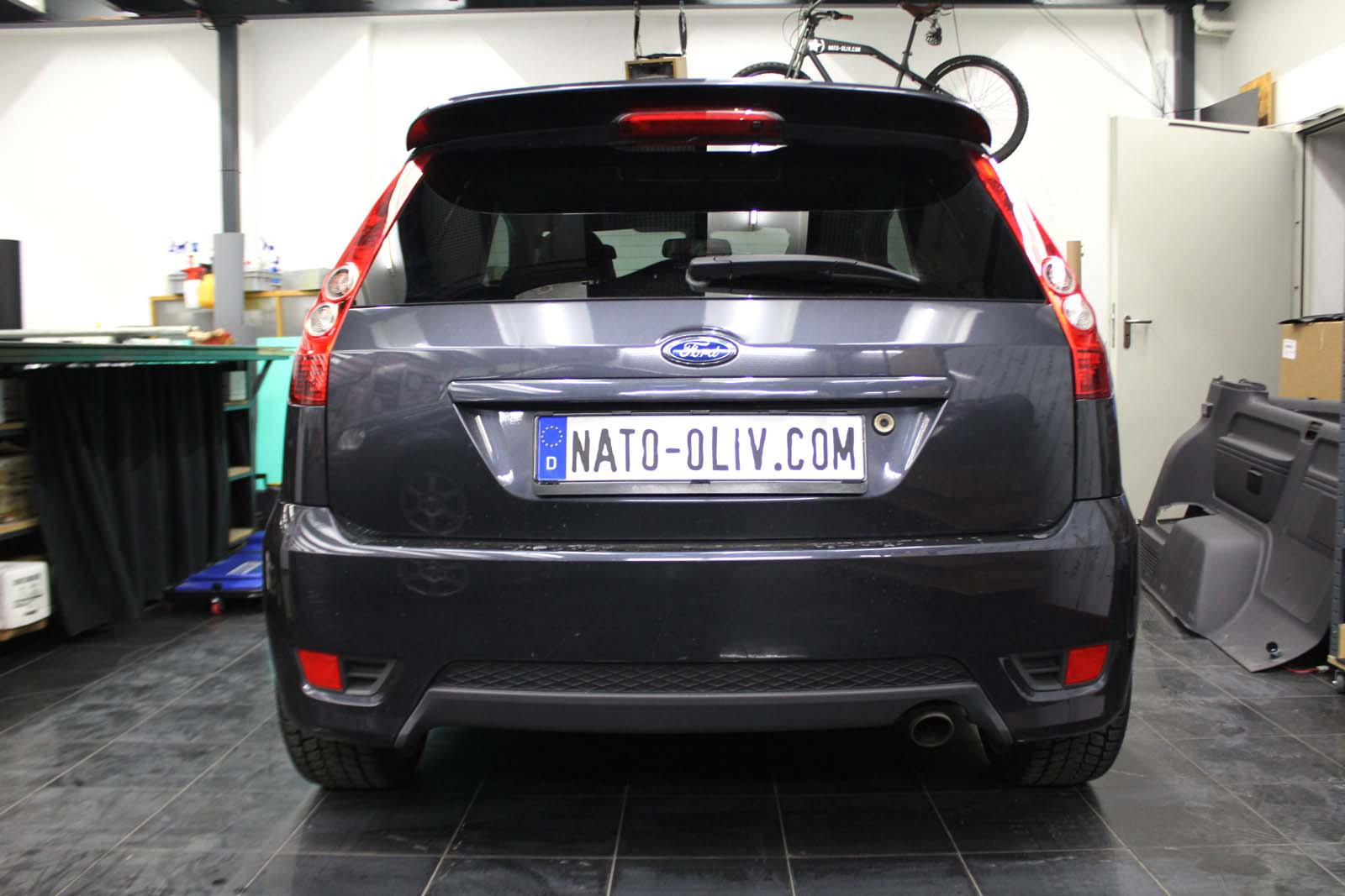 FORD_FIESTA_WRAPPING_WEISS_GLANZ_MIT_RACING_DESIGN_SCHWARZ_MATT_01