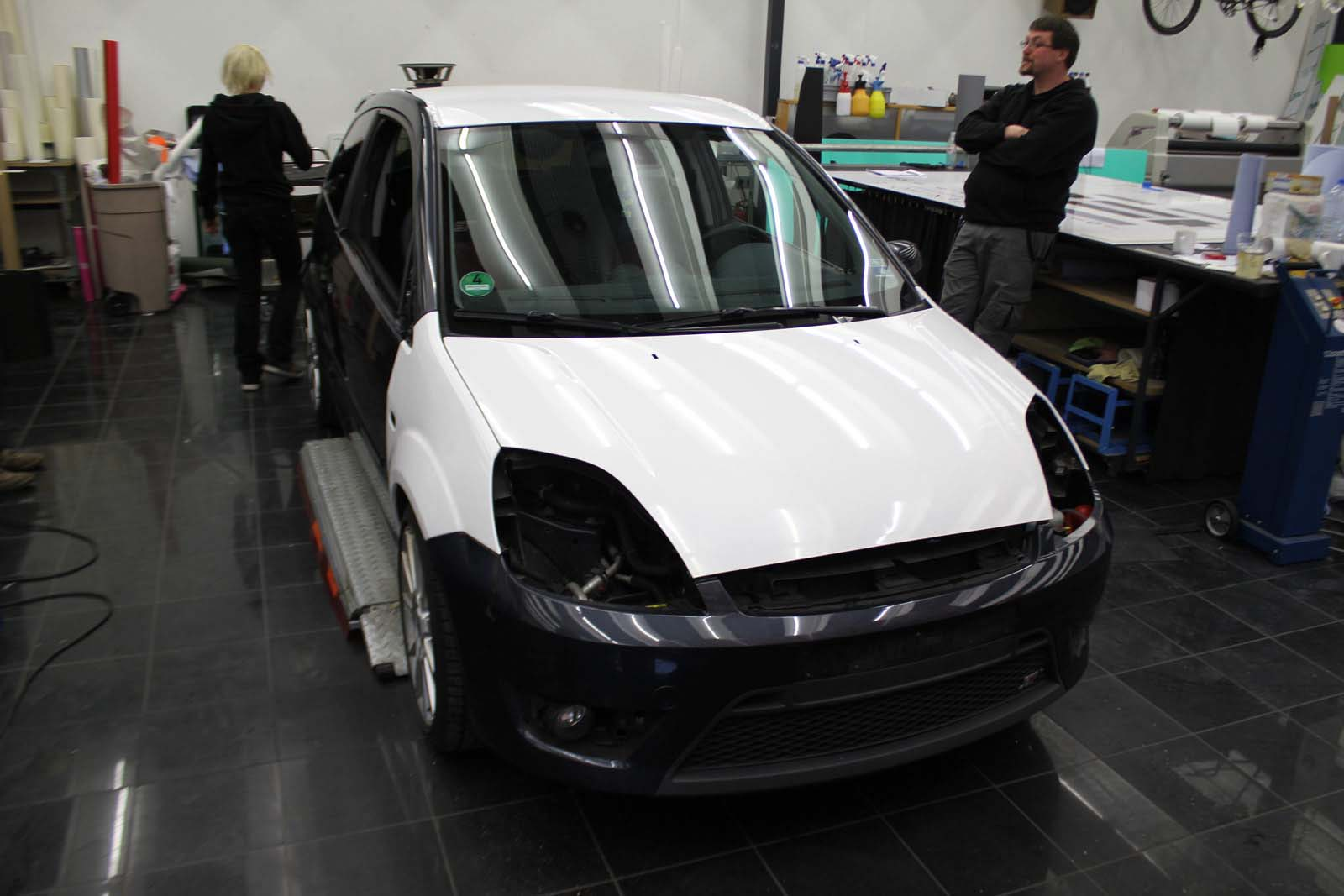 FORD_FIESTA_WRAPPING_WEISS_GLANZ_MIT_RACING_DESIGN_SCHWARZ_MATT_05
