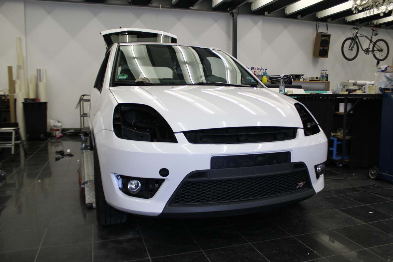 FORD_FIESTA_WRAPPING_WEISS_GLANZ_MIT_RACING_DESIGN_SCHWARZ_MATT_09