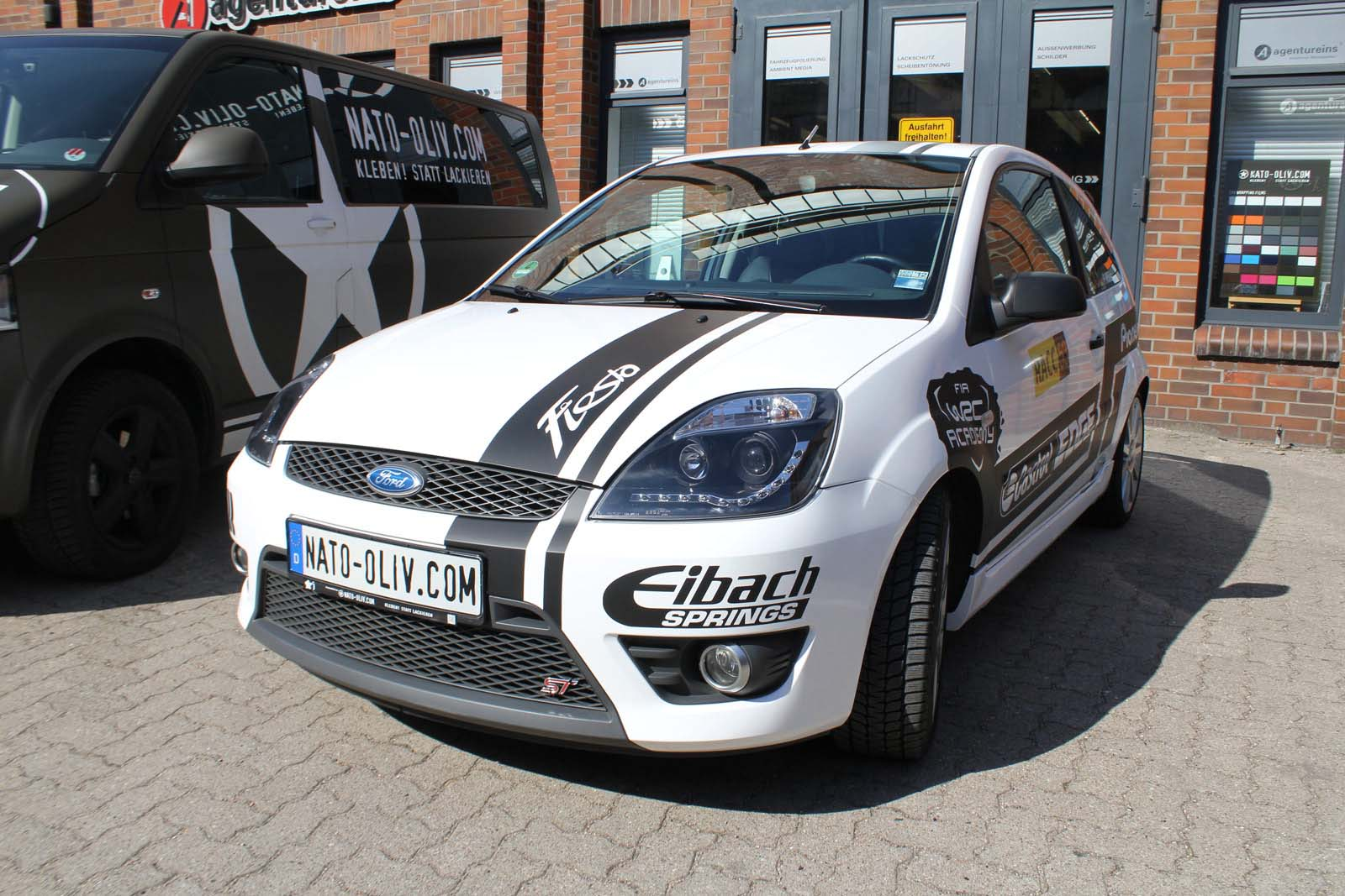 FORD_FIESTA_WRAPPING_WEISS_GLANZ_MIT_RACING_DESIGN_SCHWARZ_MATT_18