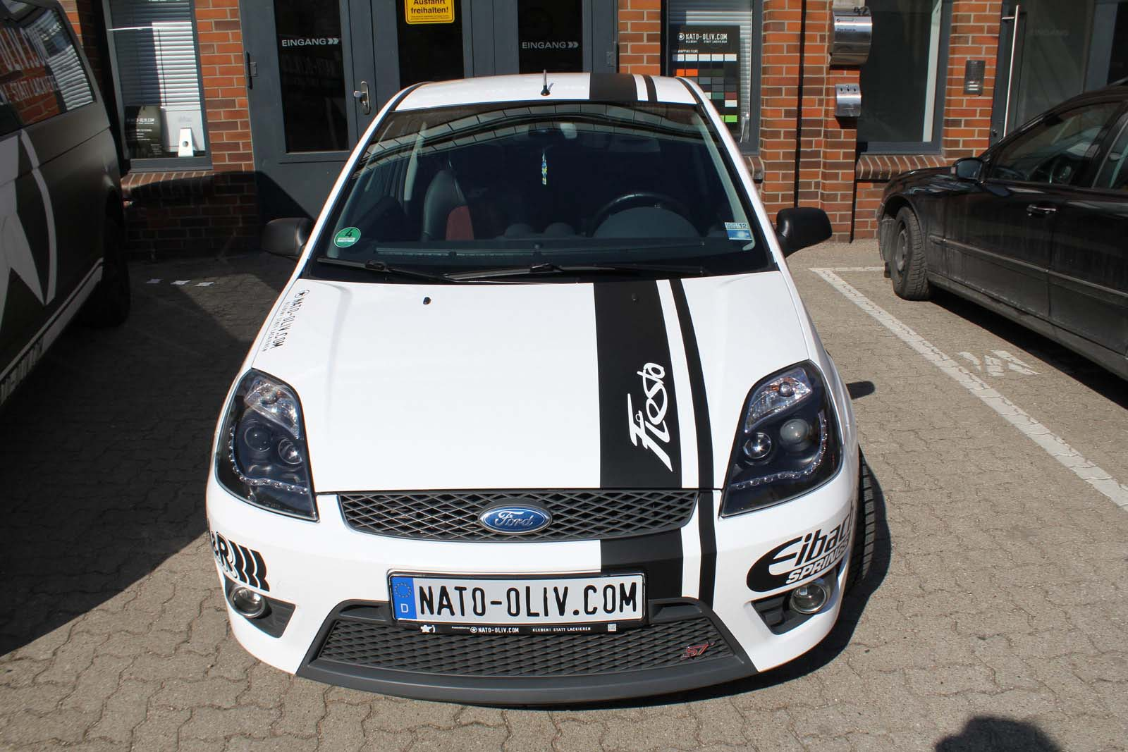 FORD_FIESTA_WRAPPING_WEISS_GLANZ_MIT_RACING_DESIGN_SCHWARZ_MATT_25