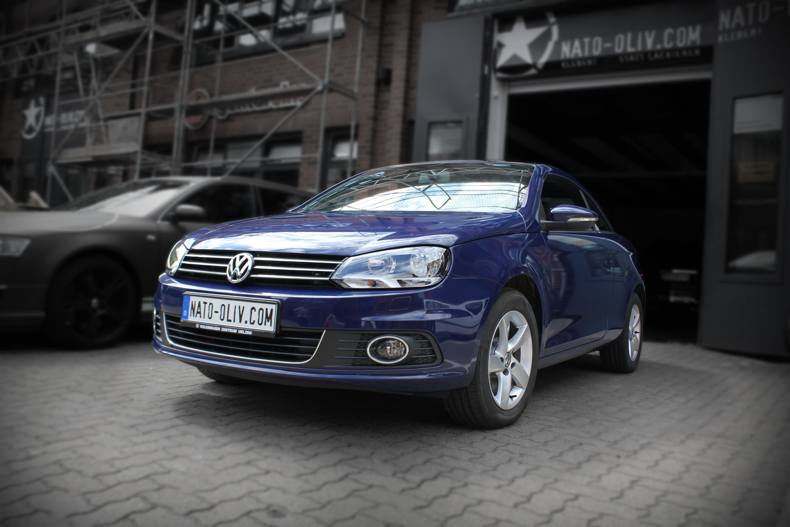 Dieser VW Eos wurde in yachtblau glänzend foliert. Der erst blau metallische Lack wurde komplett mit Hochleistungsfolie beklebt.