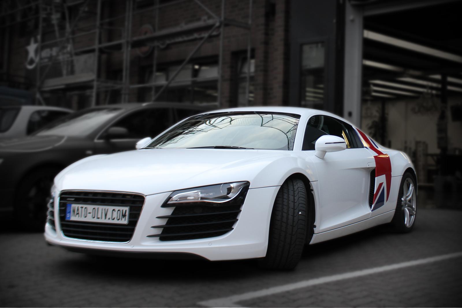 Audi R8 in weiß glanz foliert mit Union Jack Flagge auf Seitenteilen