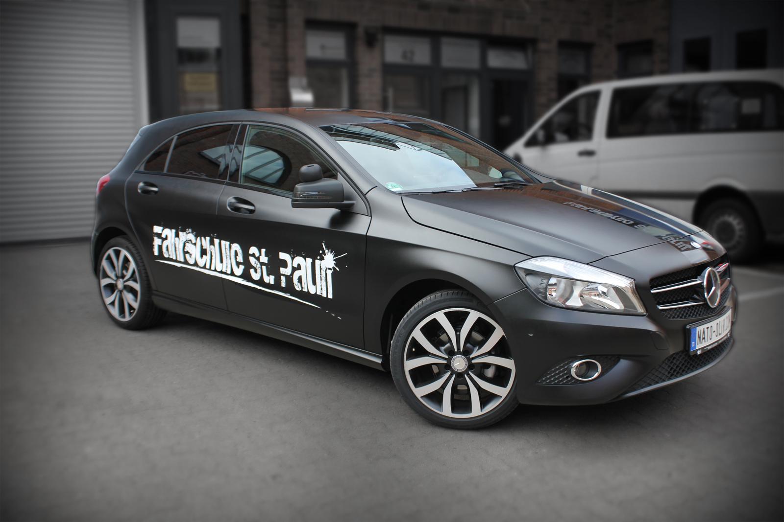 schwarz seidenmatt folierte Mercedes A-Klasse mit Beschriftung ind weiß matt und schwarz glänzenden Rallyestreifen