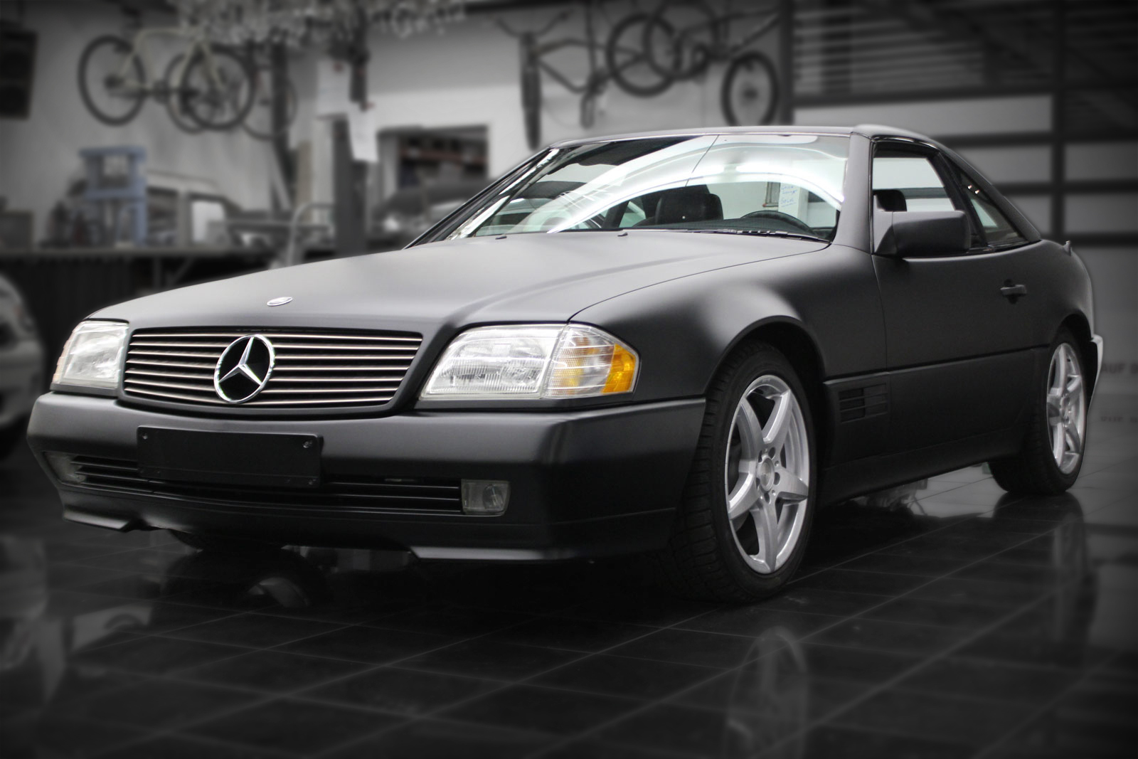 Mercedes SL Folierung in schwarz matt.