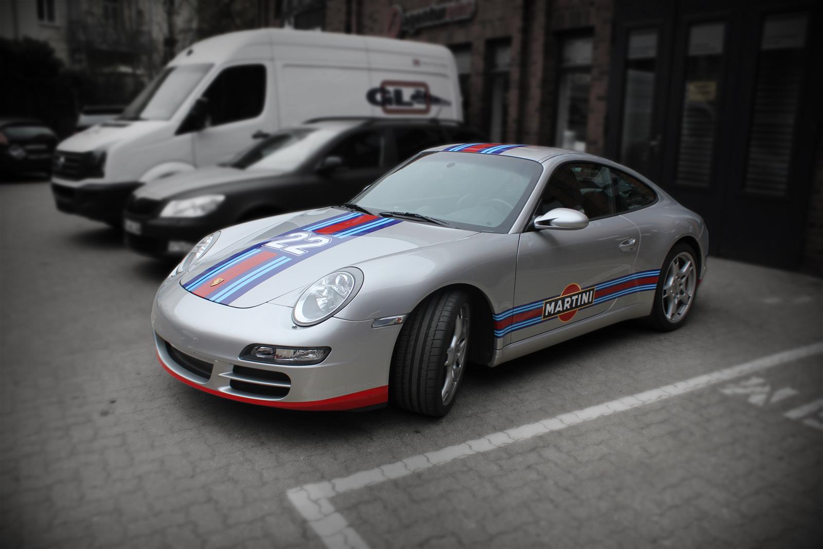 Porsche 911 Rallyestreifen und Teilfolierung im Martini Racing Design.