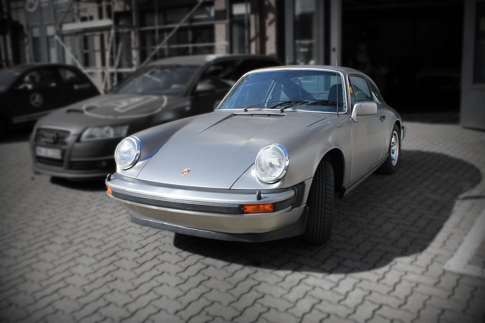 Porsche 911 beklebt mit Folie in gebürsteter Edelstahl-Optik und schwarz matten Scheibenrahmen