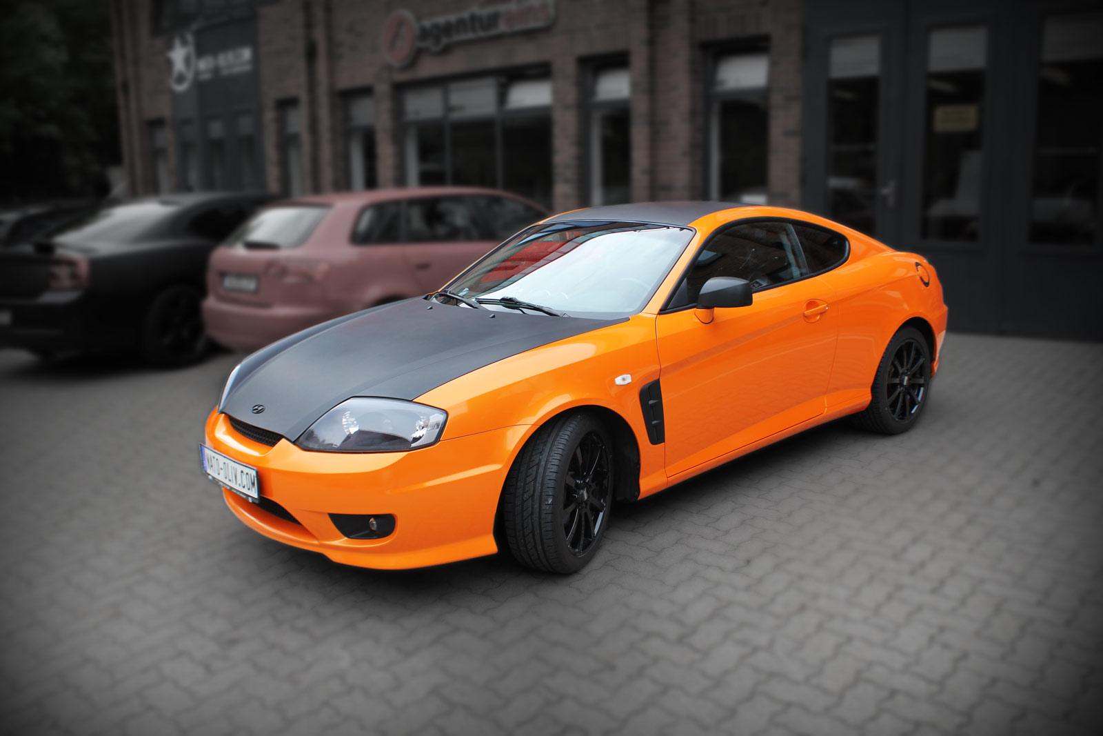 Hyundai Coupe Folierung in Orange metallic und Ultra Schwarz matt.