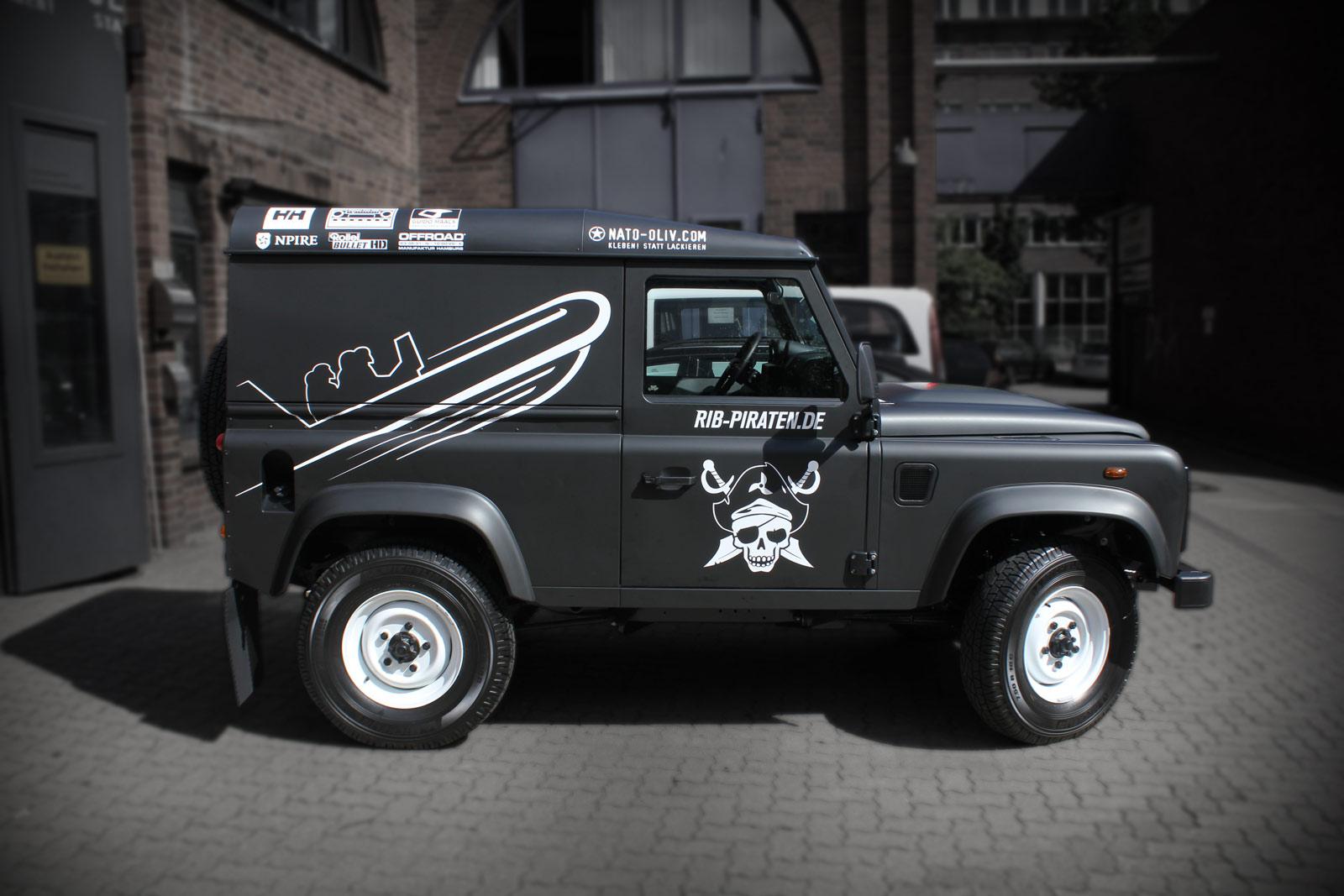 Land Rover Defender 90 in schwarz matt foliert mit Beschriftung für die RIB Piraten.