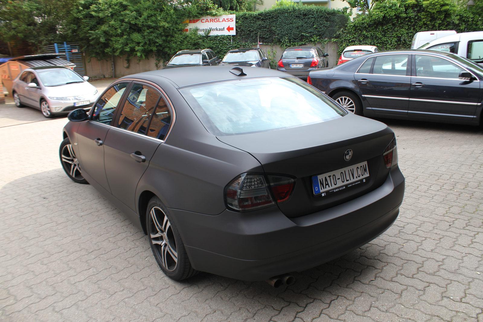Heckansicht BMW 3er in schwarz braun matt metallic und Carbon-Folie.
