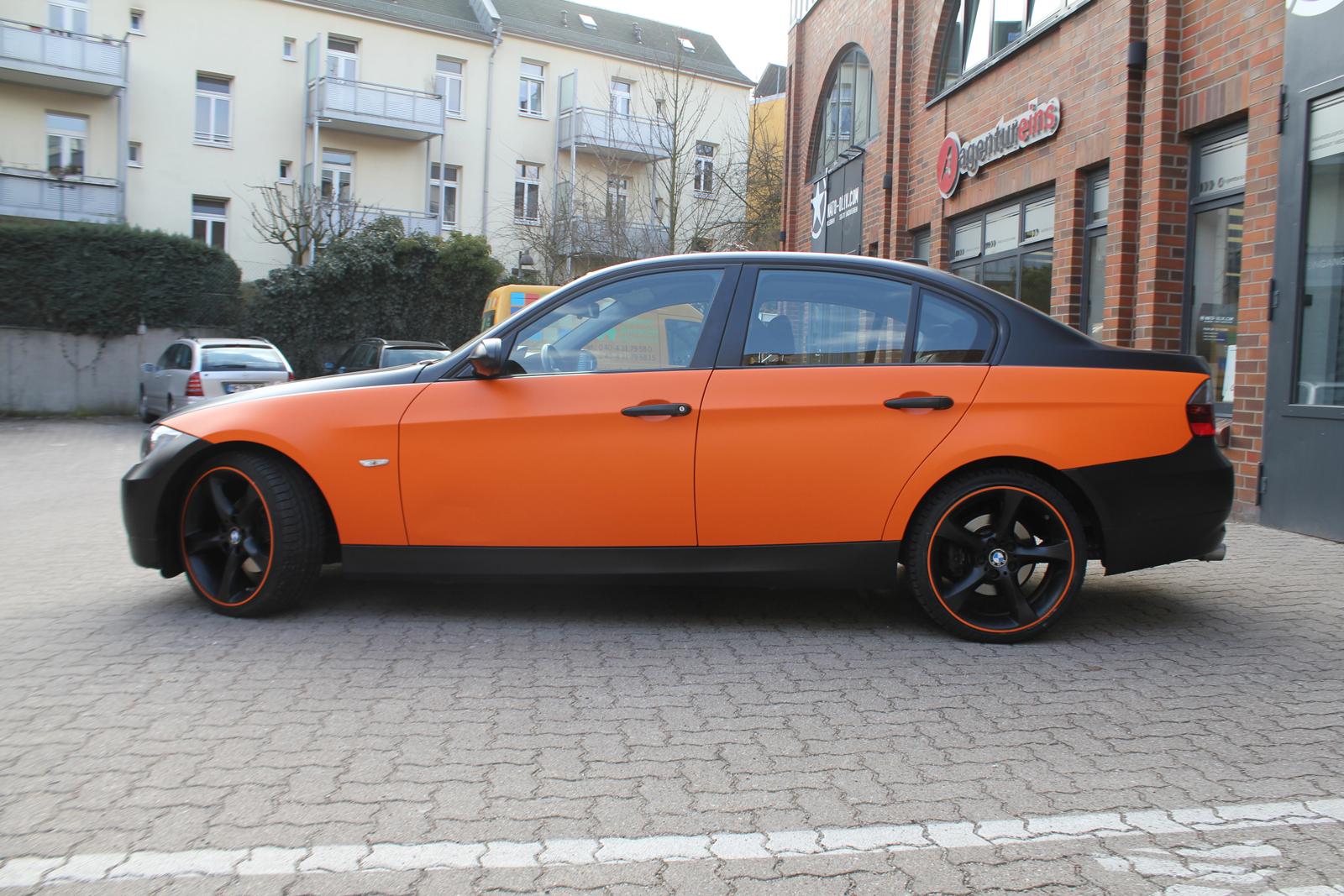 Seitenansicht eines 3er BMW's mit Teilfolierung in orange matt